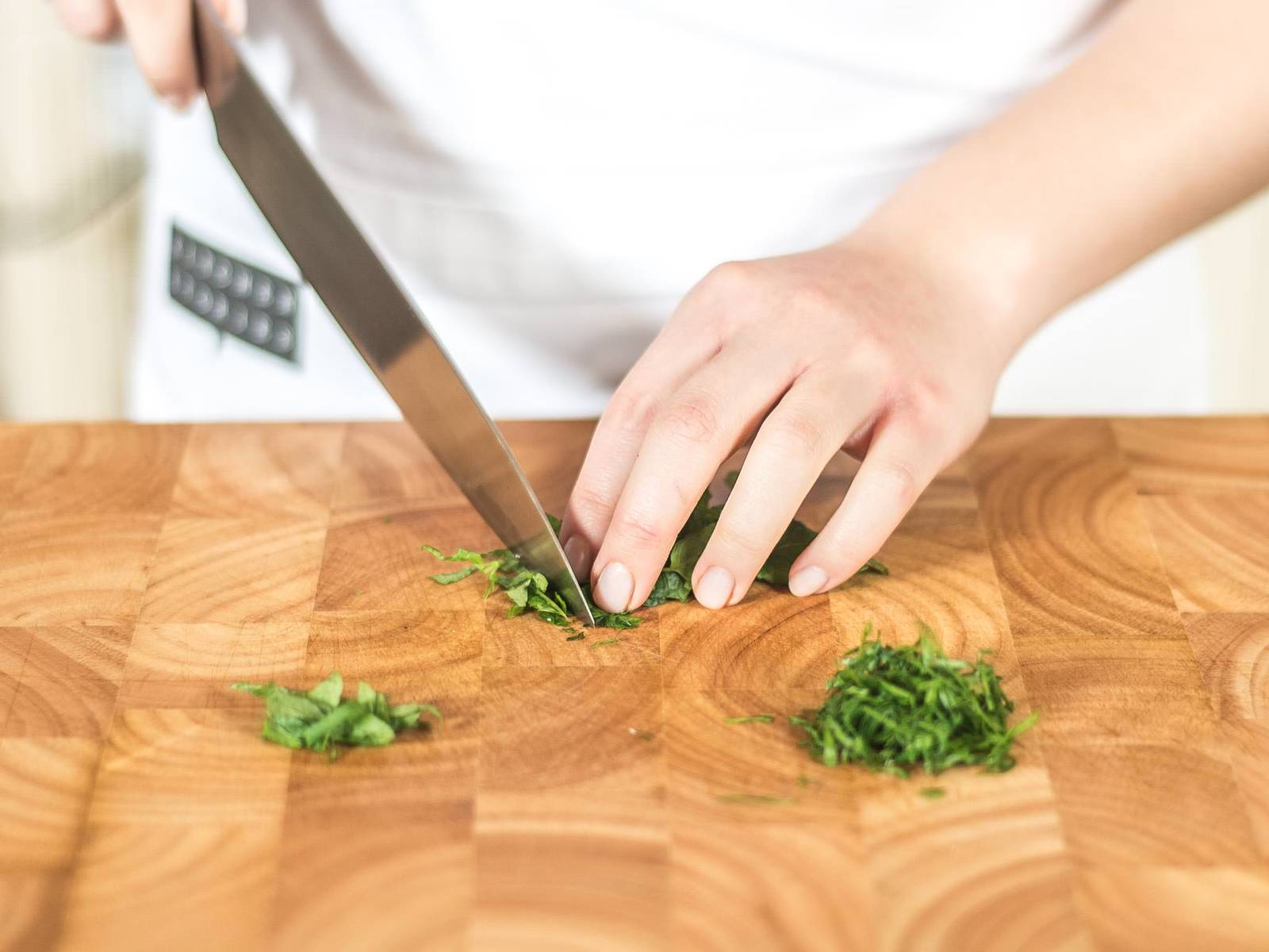 Cut parsley and mint into fine strips.