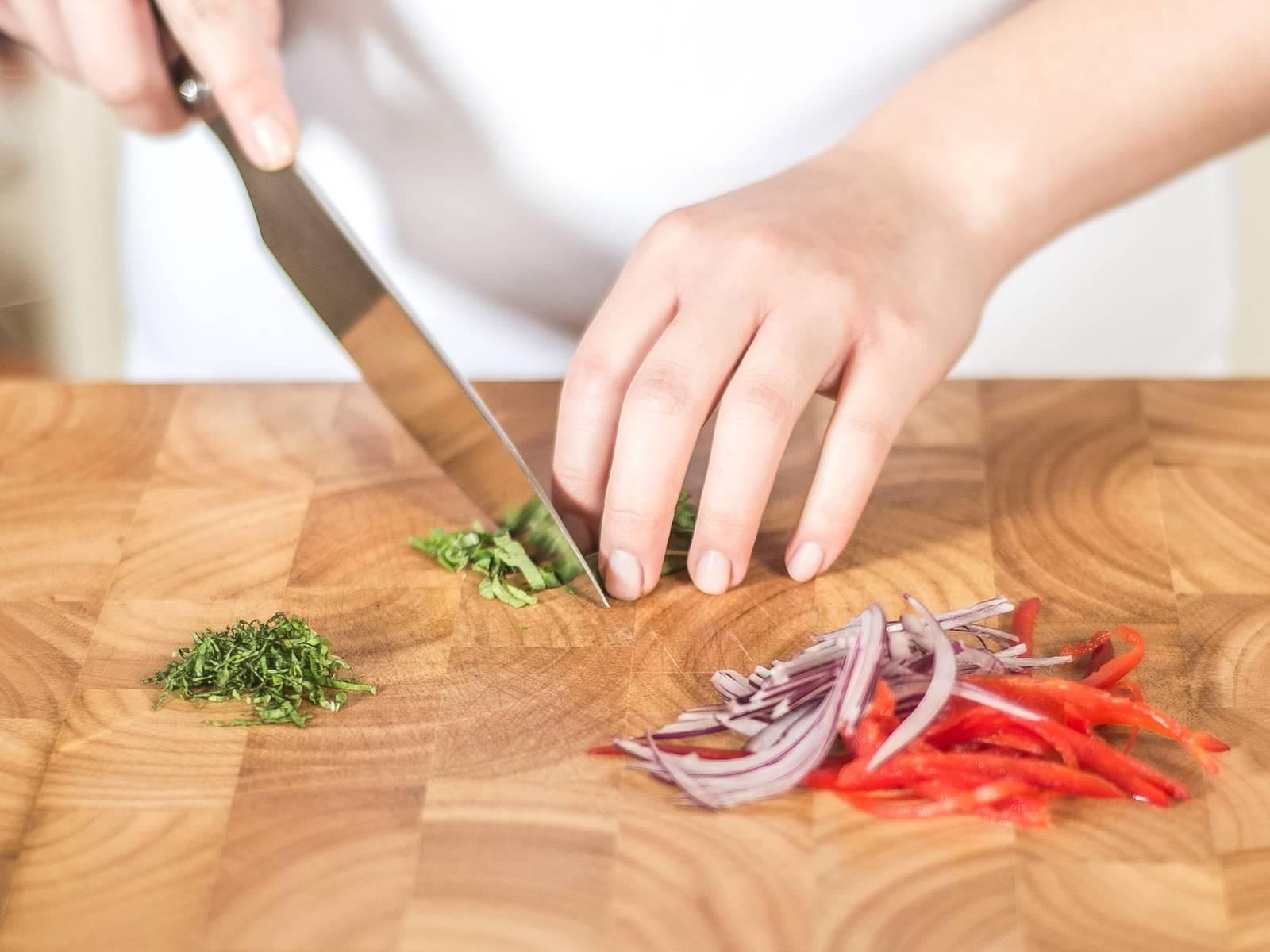 这期间将灯笼椒与洋葱切细条,薄荷叶切细丝,放入大碗中。