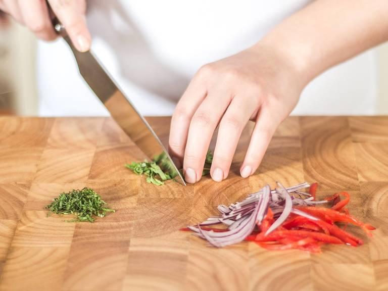 In der Zwischenzeit Paprika, Zwiebel und Minze in feine Streifen schneiden und in eine große Schüssel geben.