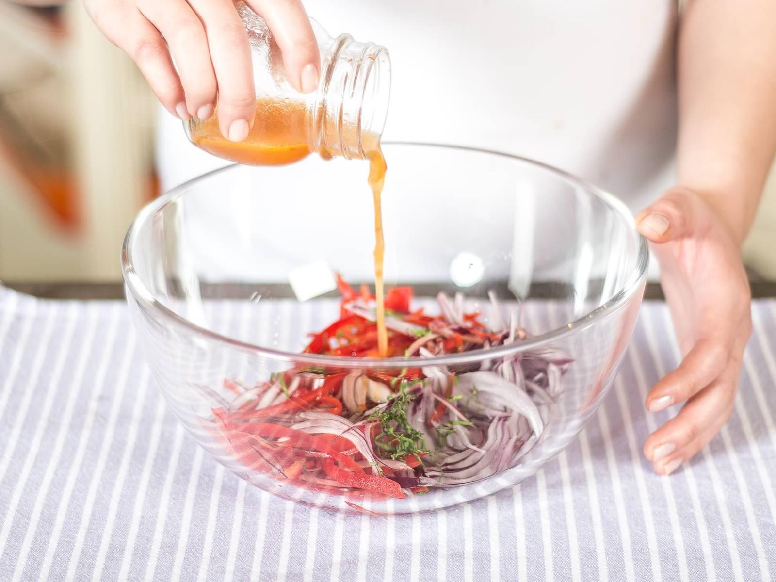 将鱼露,甜椒酱,酸橙汁与花生油一起搅拌均匀,然后浇在切好的蔬菜上。