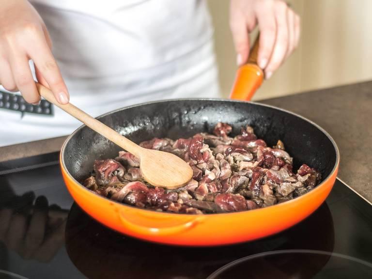 Nun in einer heißen Pfanne mit etwas Pflanzenöl die Rindfleischstreifen von allen Seiten für ca. 3 Min. scharf anbraten.