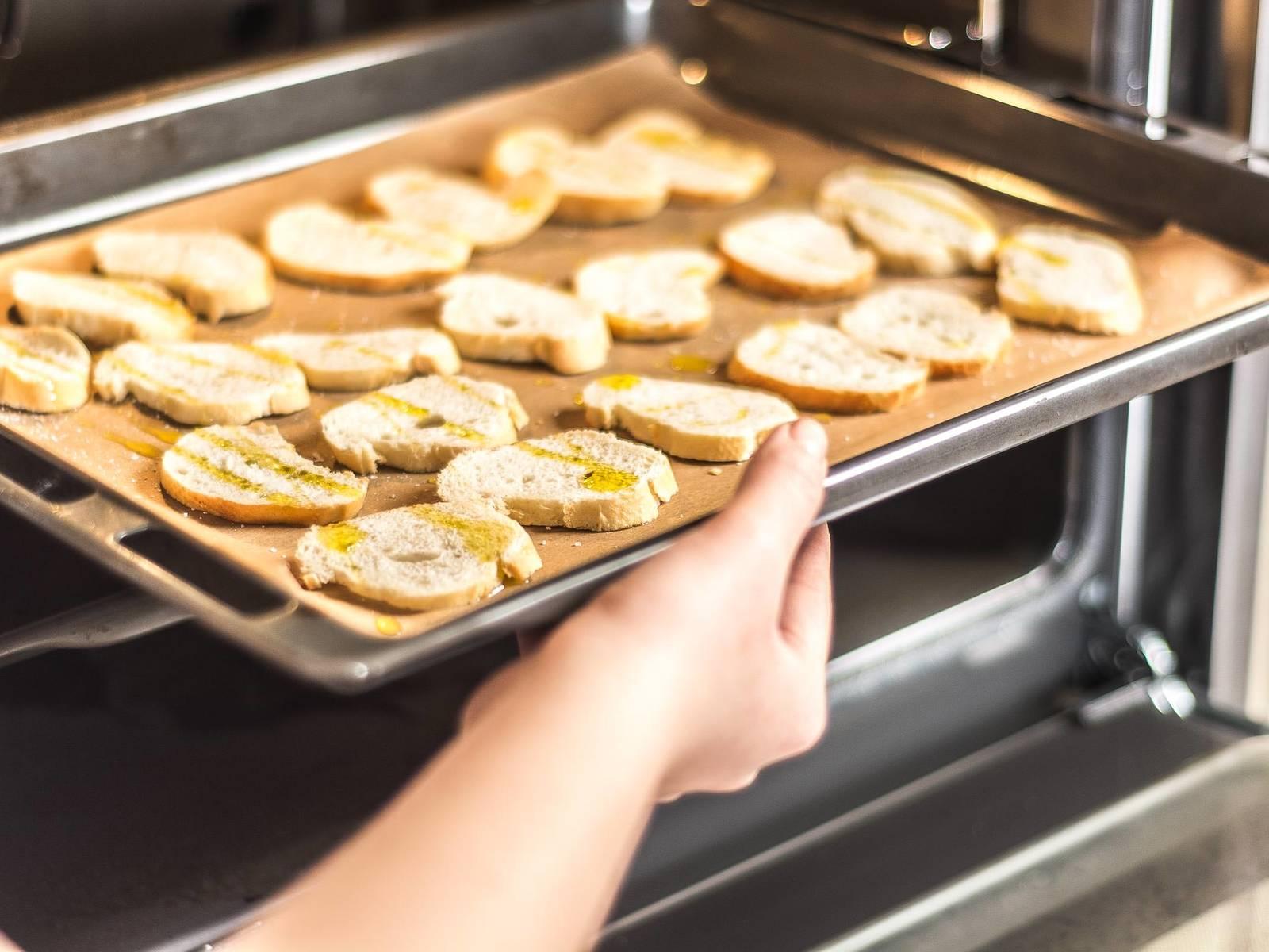 然后在面包片上淋上橄榄油,放入预热好的烤箱内,以180摄氏度烘烤5-7分钟,至面包焦黄。