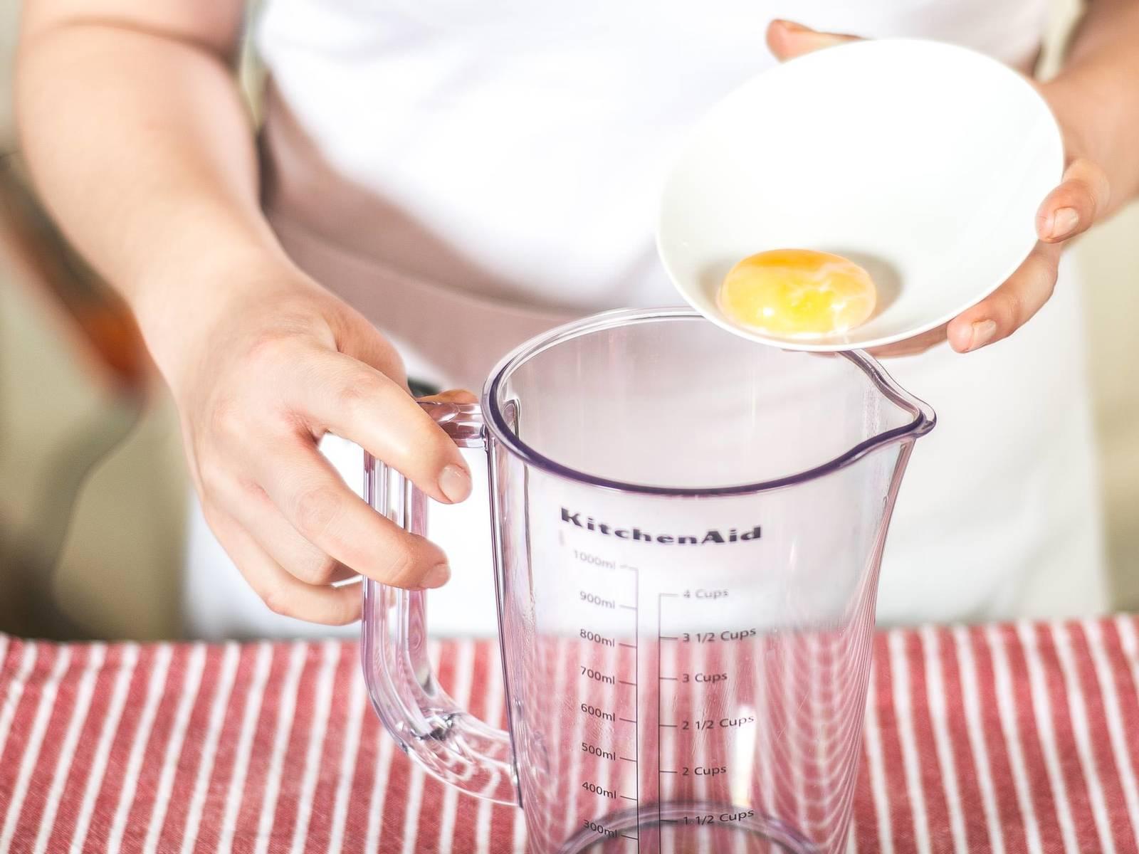 Für das Dressing ein Ei in siedendem Wasser für ca. 3 Min. kochen. Danach lässt sich das Eigelb leicht entnehmen. Das angekochte Eigelb in ein hohes Gefäß geben.