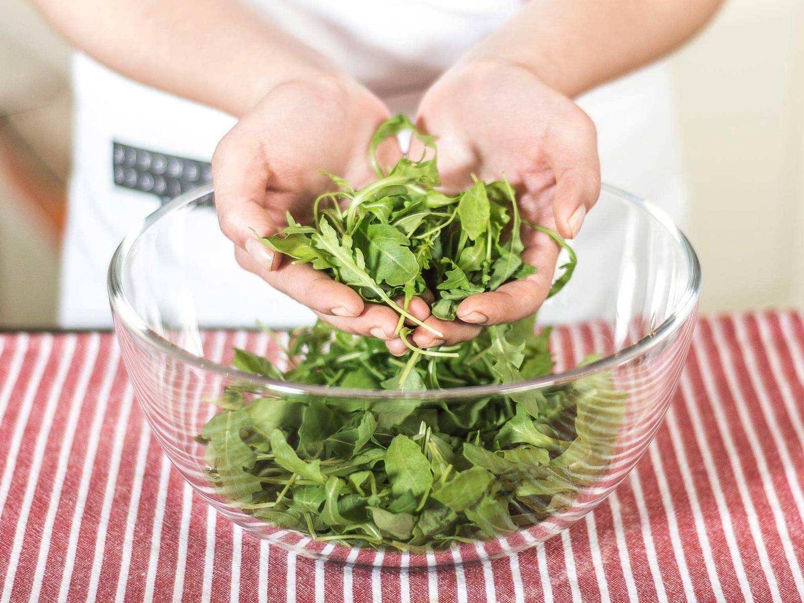 将芝麻菜清洗后甩干,去掉太大的叶子。