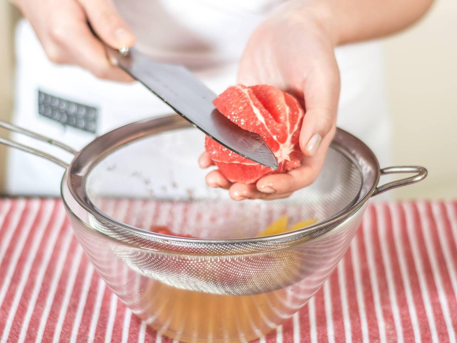 将橙子与葡萄柚的果肉切成瓣状,切果肉时下面放小碗盛接果汁,以备做调味汁用。
