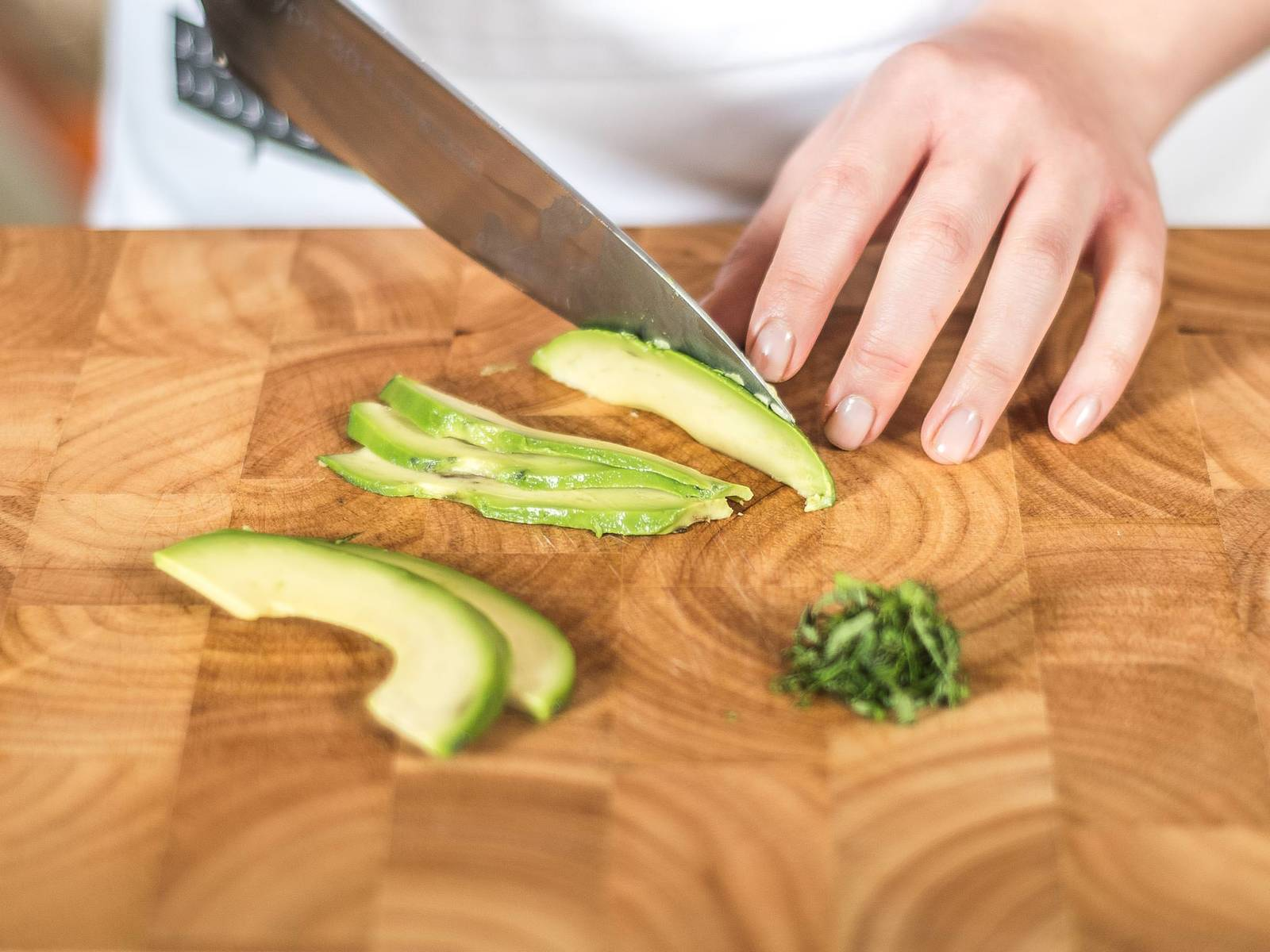 Finely slice mint. Quarter avocado, remove the pit, and cut into slices. Rub the slices generously with lemon juice to prevent them from browning.