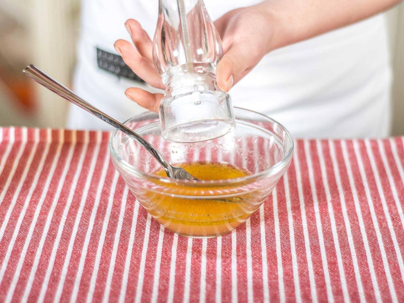 调味汁的制做:向橙子与葡萄柚的果汁中加入柠檬汁、柑曼怡、橄榄油、糖、盐与胡椒粉搅拌均匀,再拌入切好的薄荷。