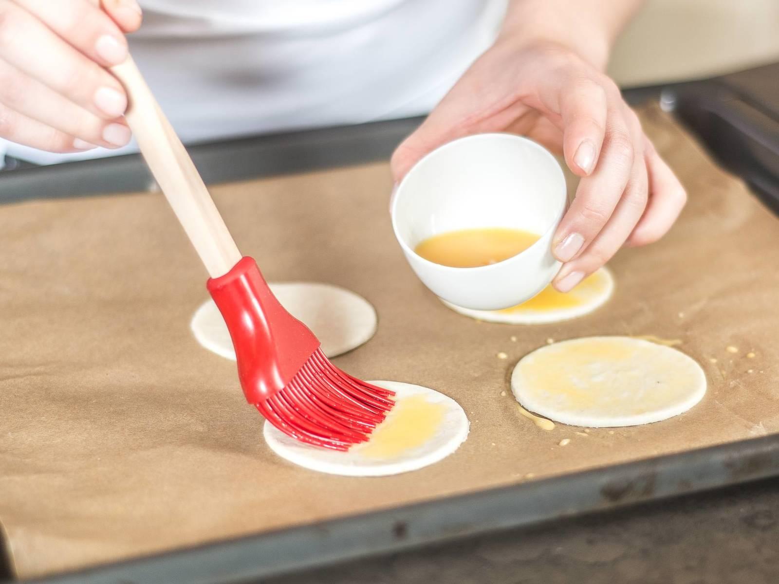 蛋黄加水打散后刷在面皮上,将面皮按照包装说明烤至焦黄。另取小碗,放入糖、橙子皮碎与果汁、肉桂粉、蜂蜜一起搅拌均匀,制成无花果的调味汁。