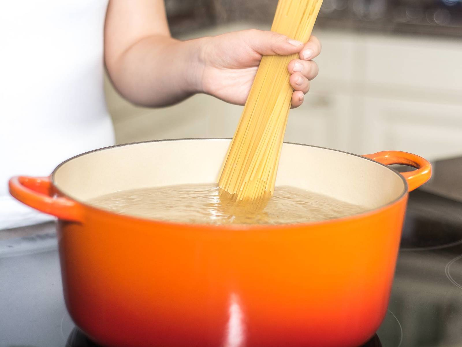 Cook the spaghetti, according to package instructions, in salted boiling water for approx. 9 - 12 min. until al dente. Drain the water and set pasta aside.