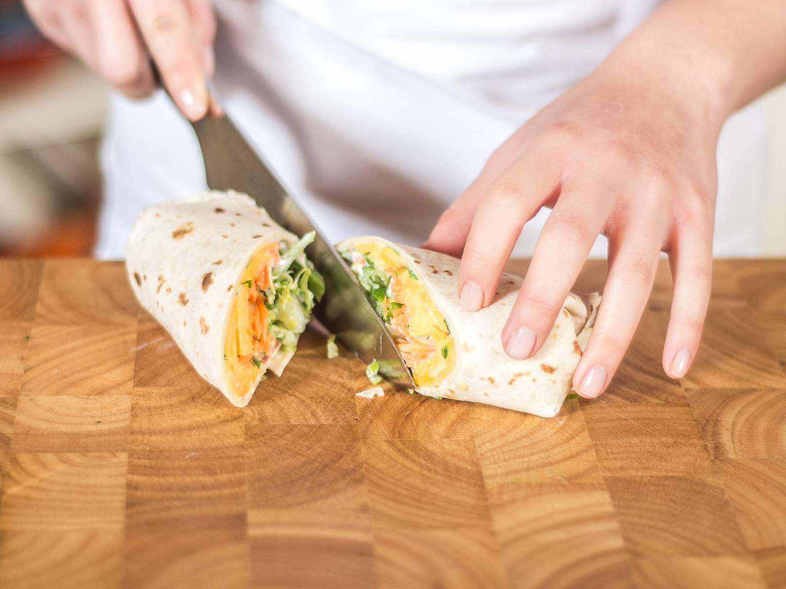 Zum Servieren den Wrap mittig schräg aufschneiden. So bekommt er eine schöne Optik und kann dekorativ auf einem Teller platziert werden.