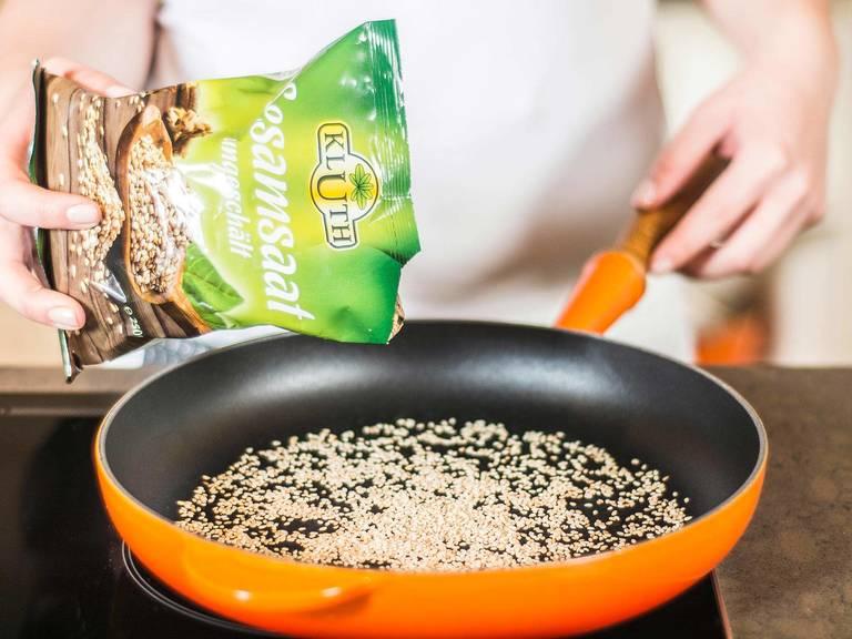 将芝麻在平底锅中烘至焦黄。