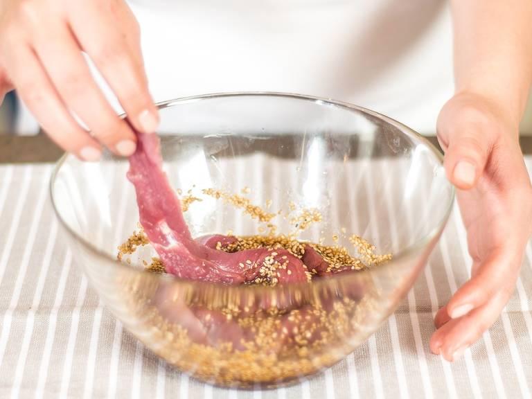腌制鸭肉:将烘好的芝麻、酱油、一半生姜碎、蜂蜜、盐与胡椒粉搅拌均匀,然后将切好的鸭肉放入其中腌制5-10分钟.
