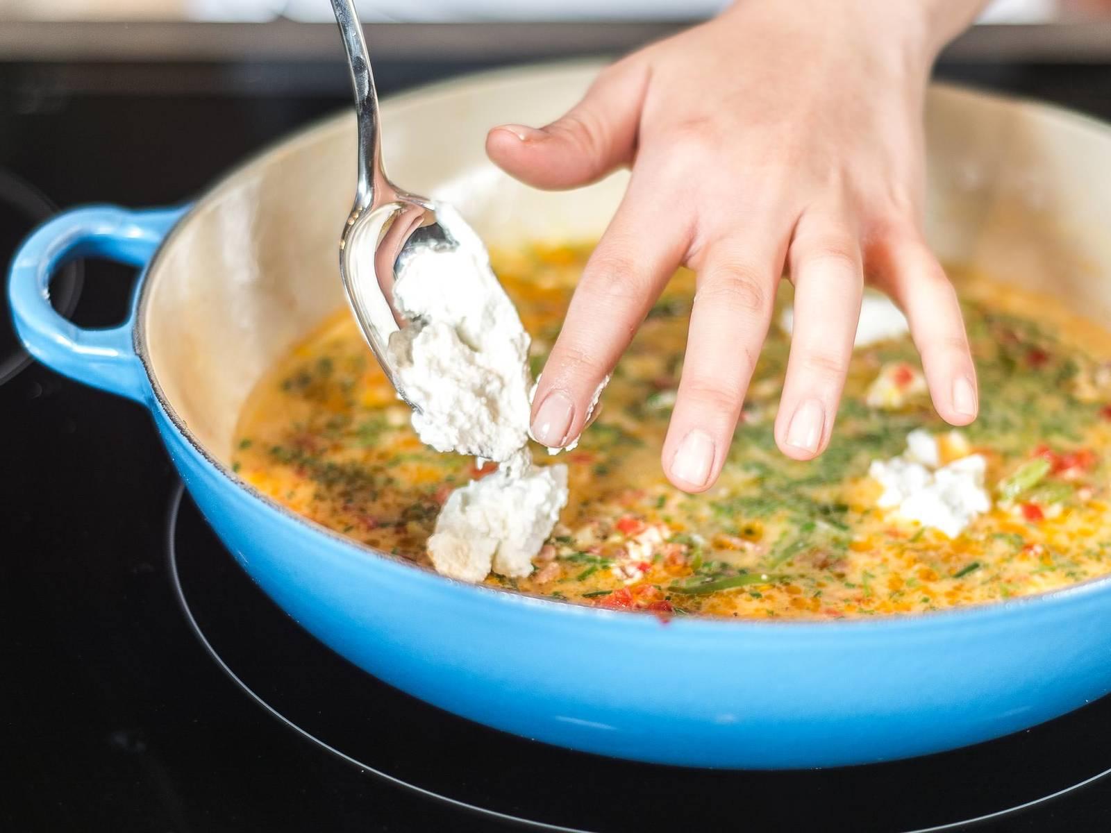 待底部的蛋浆开始凝固时,将另一半奶酪分摊在上,再撒少许胡椒。然后放入预热好的烤箱中,用180摄氏烘烤5-6分钟。取出,撒上帕玛森干奶酪碎即可趁热享用了。