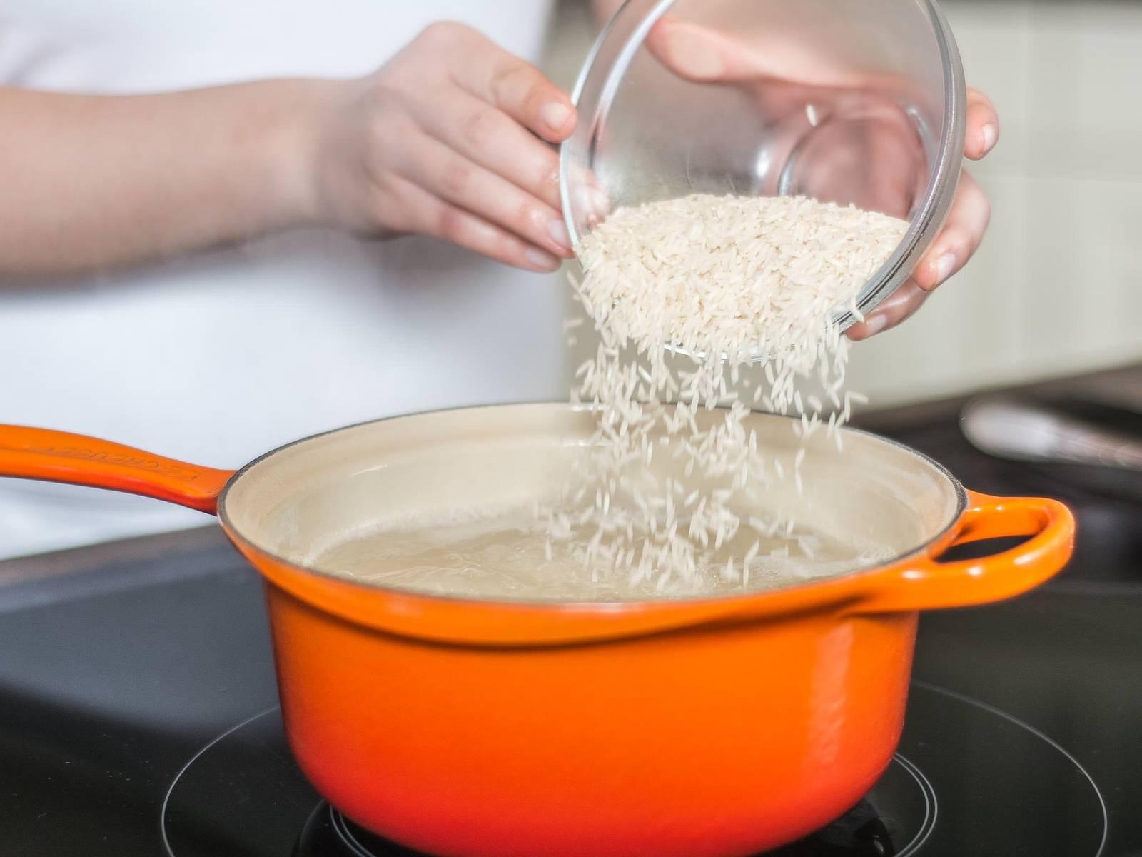 Basmatireis in siedendem, gesalzenem Wasser nach Packungsanleitung gar kochen. Anschließend abgießen und beiseitestellen.