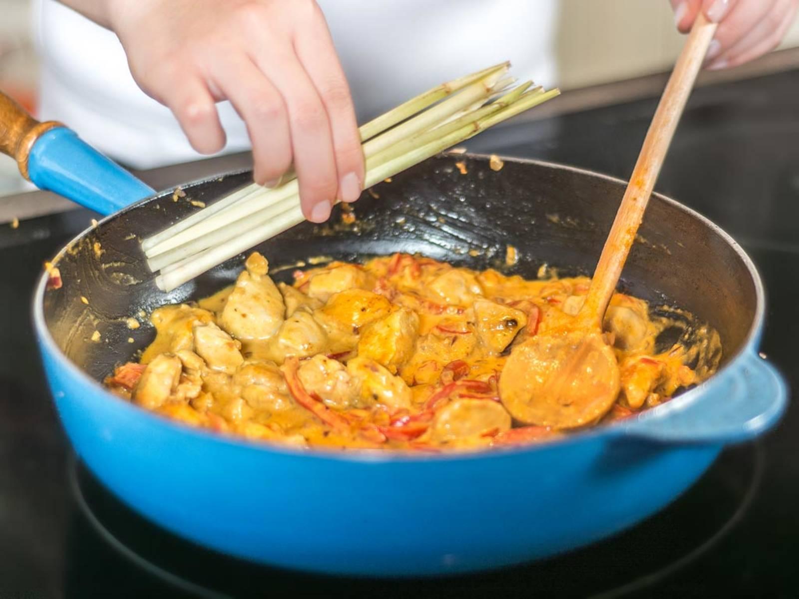 加入咖喱酱、姜黄和椰奶。鹰嘴豆滤去水分,香茅用刀背砸过后也一同加入锅中。小火慢慢煮开。