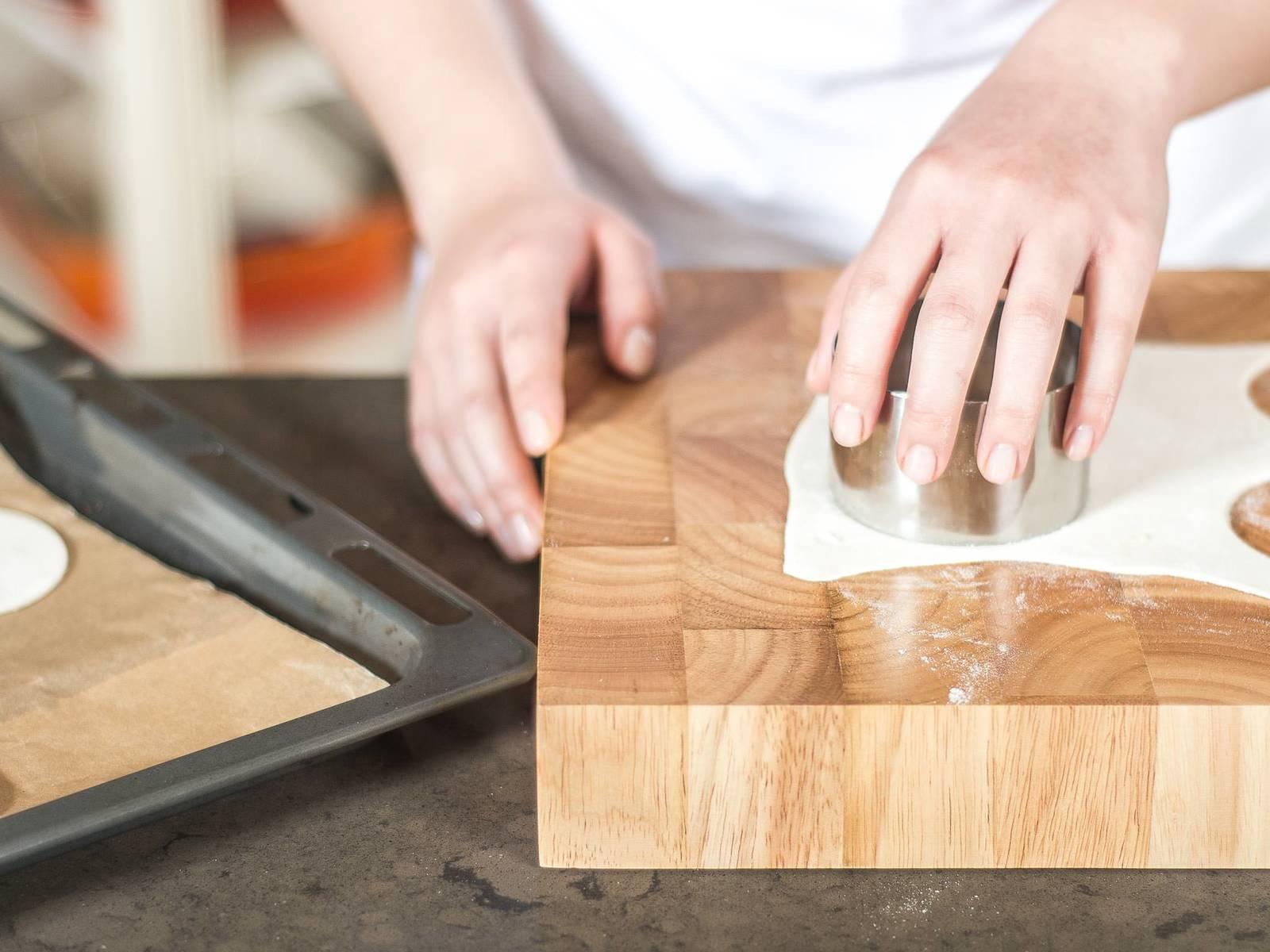 将烤箱预热至175摄氏度。千层酥面皮解冻后用圆型刀切成8个圆形面皮。放在铺有烘焙纸的烤盘上,在预热好的烤箱中烘烤7-8分钟,至面皮焦黄。