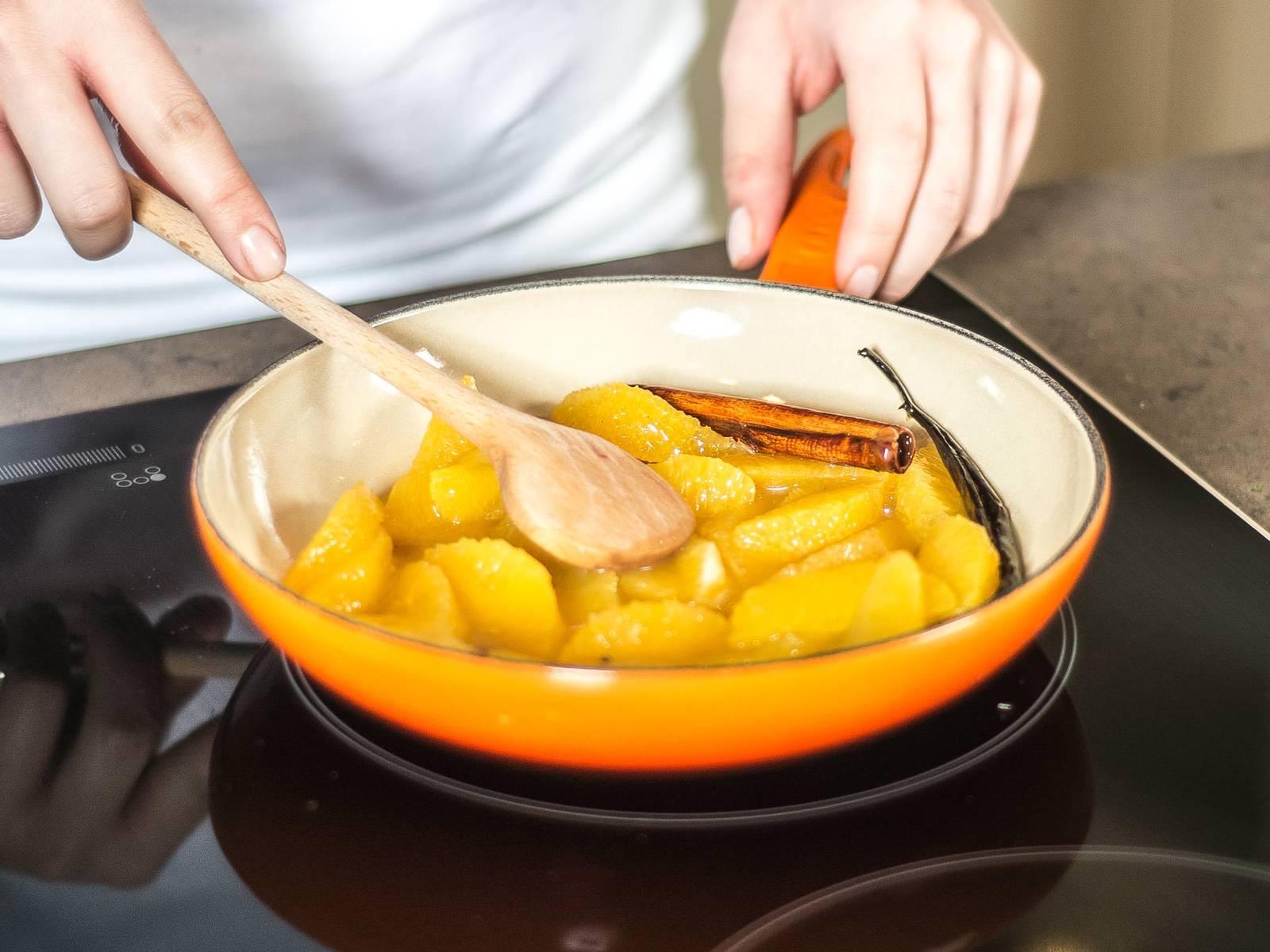 将玉米淀粉与水搅拌均匀,然后加入汤汁中。再加入橙子的果肉。