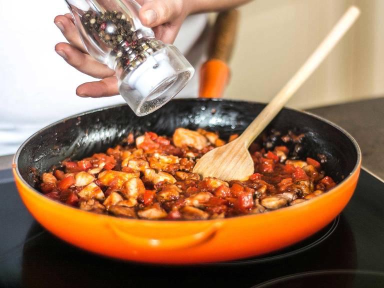 Tomatensoße hinzugeben und ca. 5 Min. köcheln lassen. Mit Chili, Limettensaft, Salz und Pfeffer abschmecken. Tortillas erhitzen und mit Guacamole, Hähnchenfüllung und geriebenem Käse gerollt genießen.