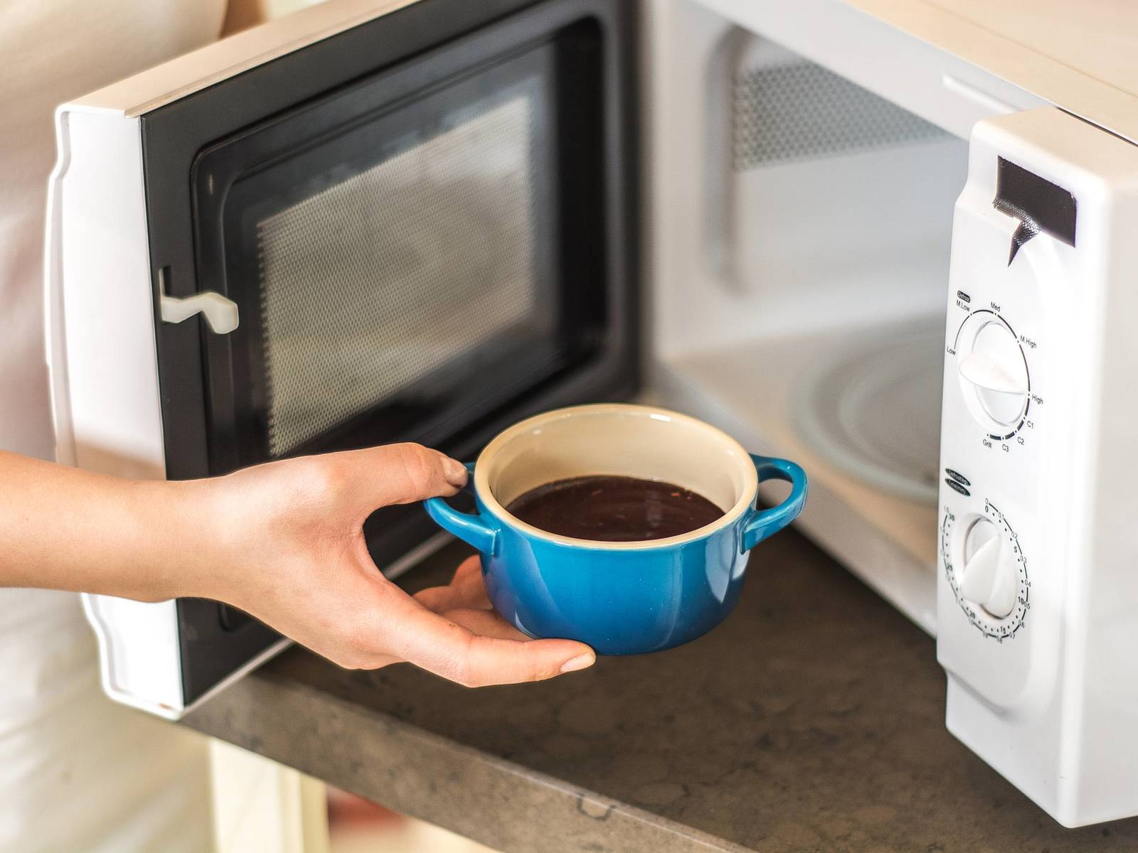 Die Tassen in die Mikrowelle stellen und bei 700 Watt ca. 2 Min. backen. Die fertigen Küchlein mit Schlagsahne oder Eis servieren.