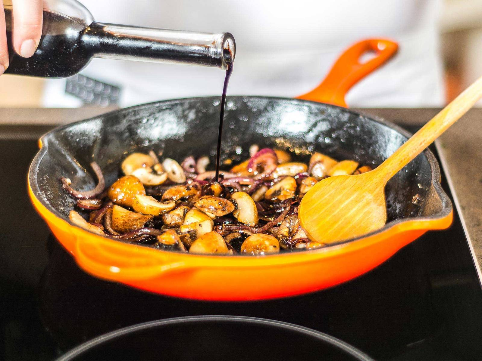 Fry onion and mushrooms in some vegetable oil. Sprinkle with sugar and deglaze pan with balsamic vinegar. Season with salt and pepper. Allow to reduce for approx. 1 - 2 min. Top the polenta with the balsamic mushrooms and sauce.