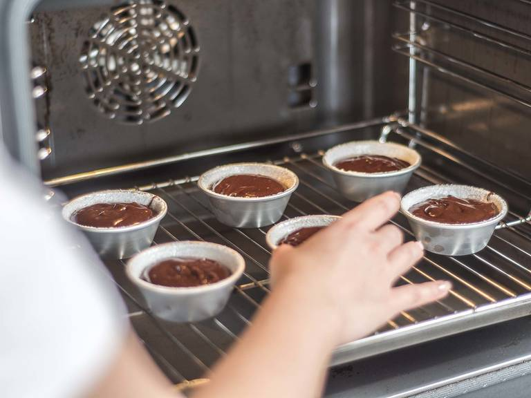 Bake cakes in a preheated oven at 200°C/400°F for approx. 8 - 10 min. Let stand for approx. 5 - 7 min. Carefully turn out the cakes, sprinkle with confectioner's sugar, and serve immediately. Whipped cream or ice cream go wonderfully with this treat.