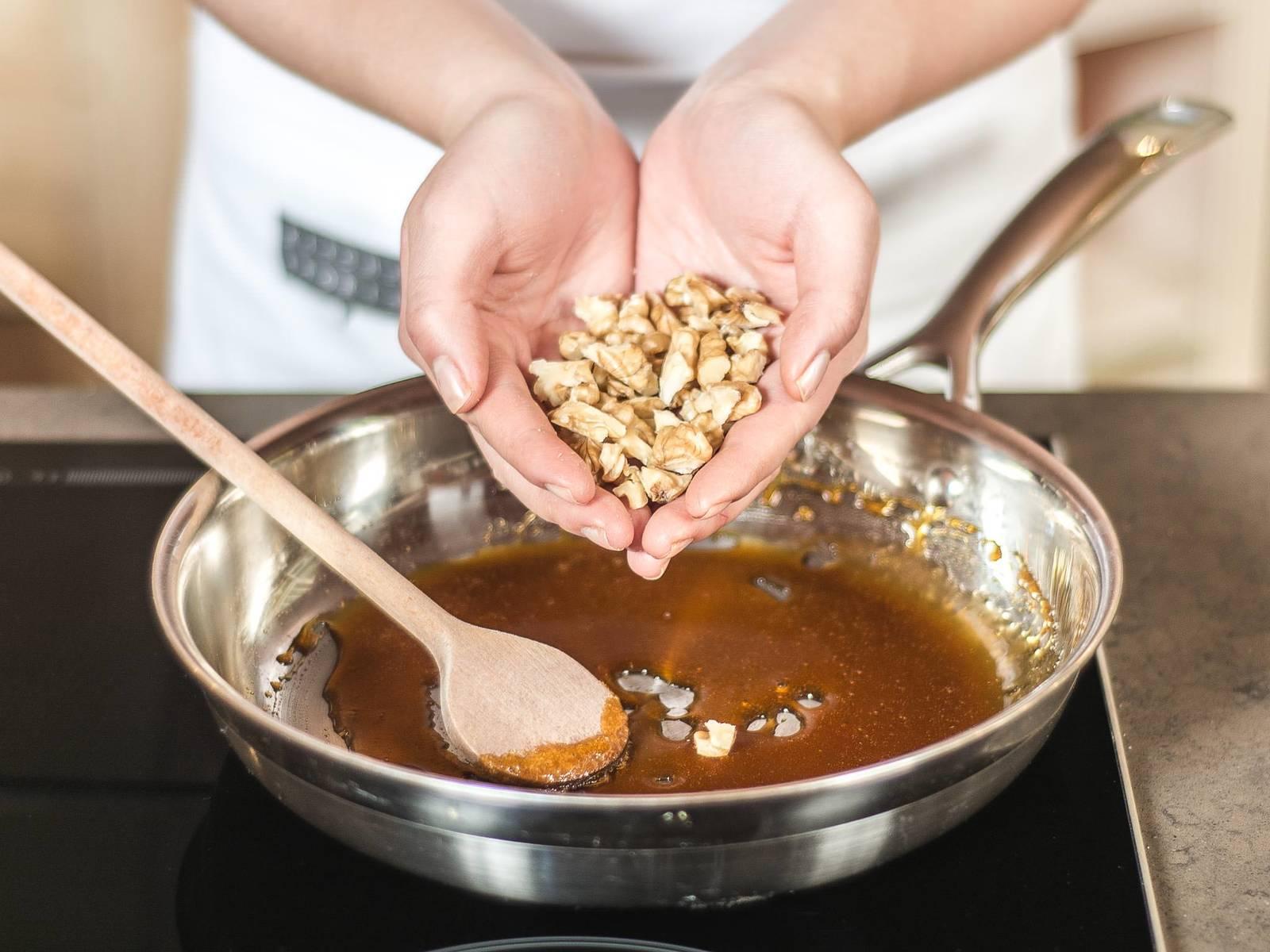 Zucker in einer Pfanne karamellisieren lassen, bis dieser die Farbe von Bernstein annimmt. Anschließend gehackte Walnüsse hinzugeben und im Karamell wenden.