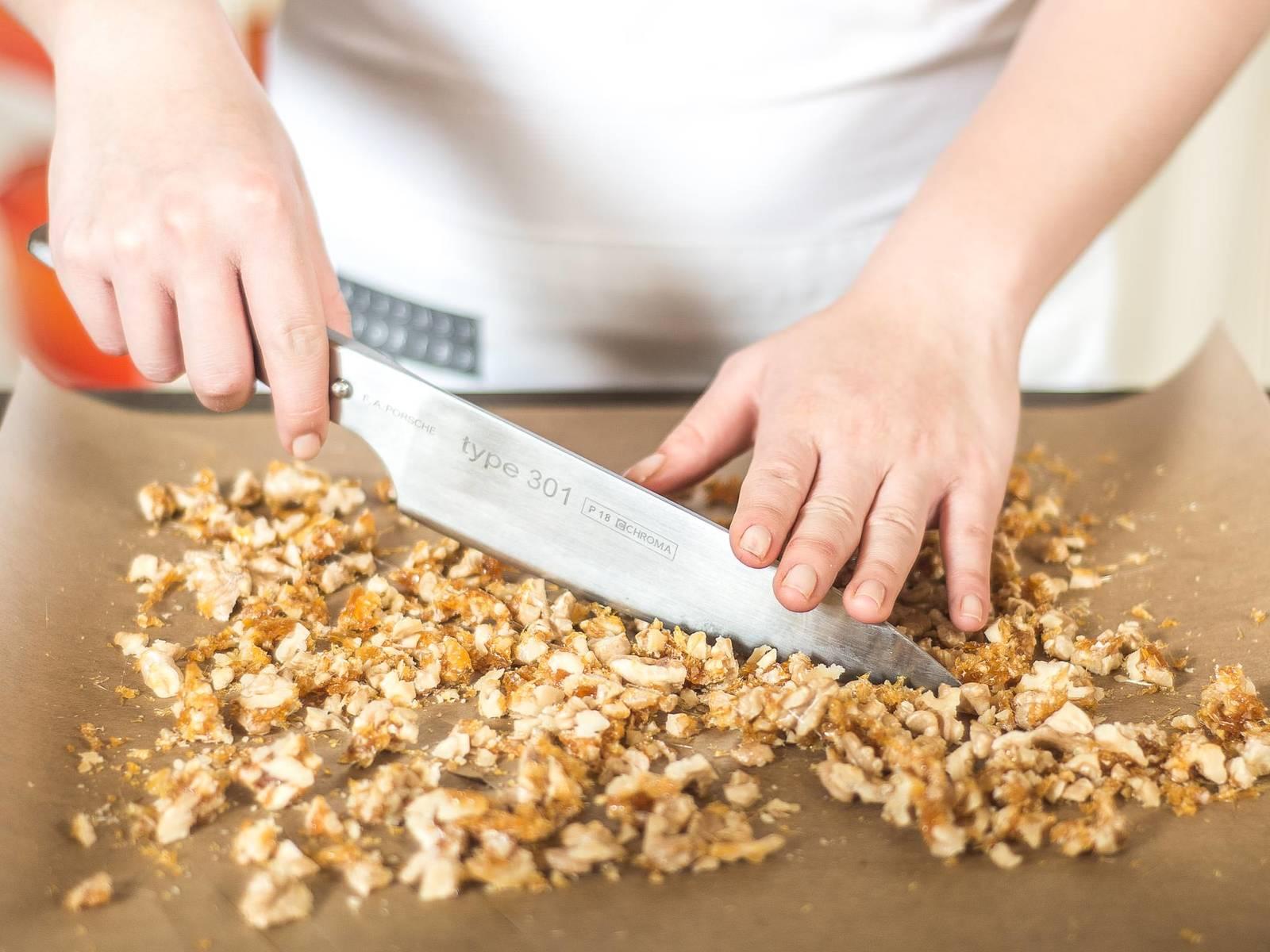 Karamellisierte Nüsse auf ein Blatt Backpapier streichen und auskühlen lassen. Danach nochmals grob hacken.