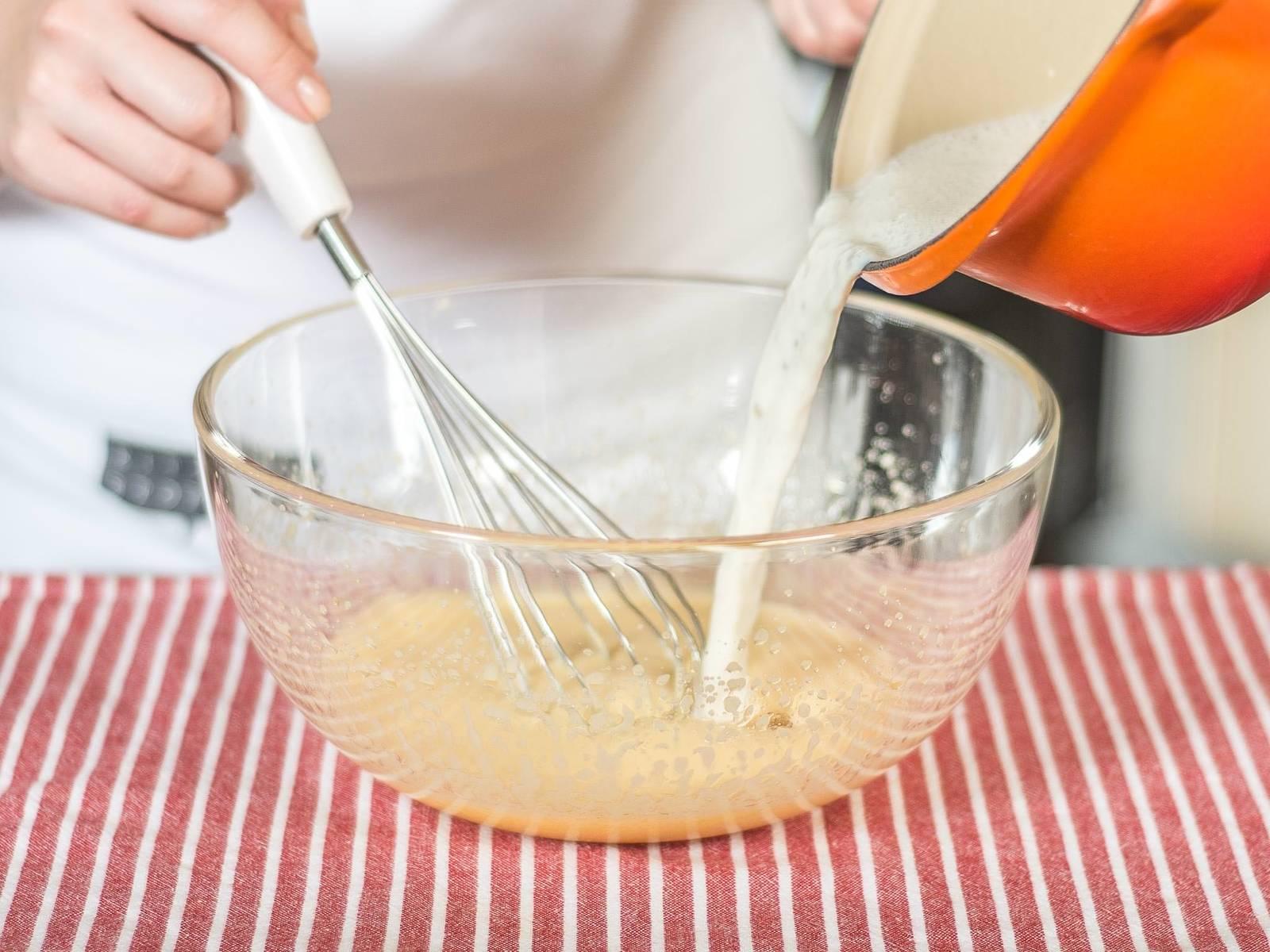 Anschließend die heiße Milch zur Eimasse geben, gut mit einem Schneebesen verrühren und die Masse für ca. 1 h auf Raumtemperatur herunterkühlen lassen.
