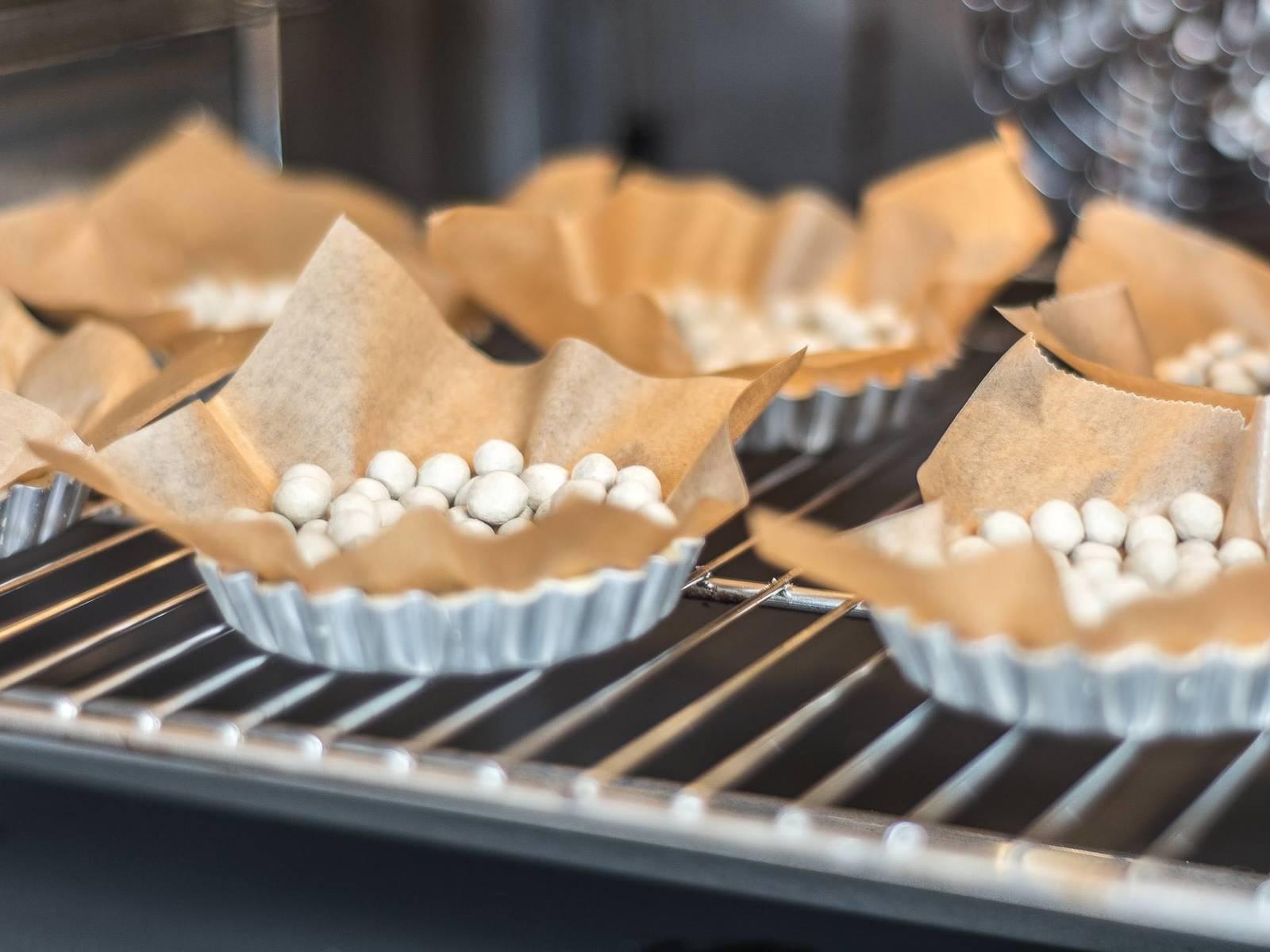 放入已预热至180摄氏度的烤箱中烤约15分钟,然后取出冷却备用。