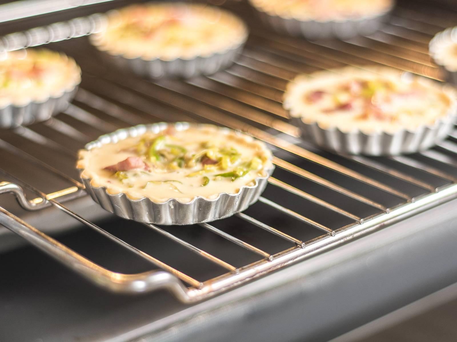 放入已预热至200摄氏度的烤箱内再烤约20分钟,至金黄色。冷却10-15分钟后即可享用。