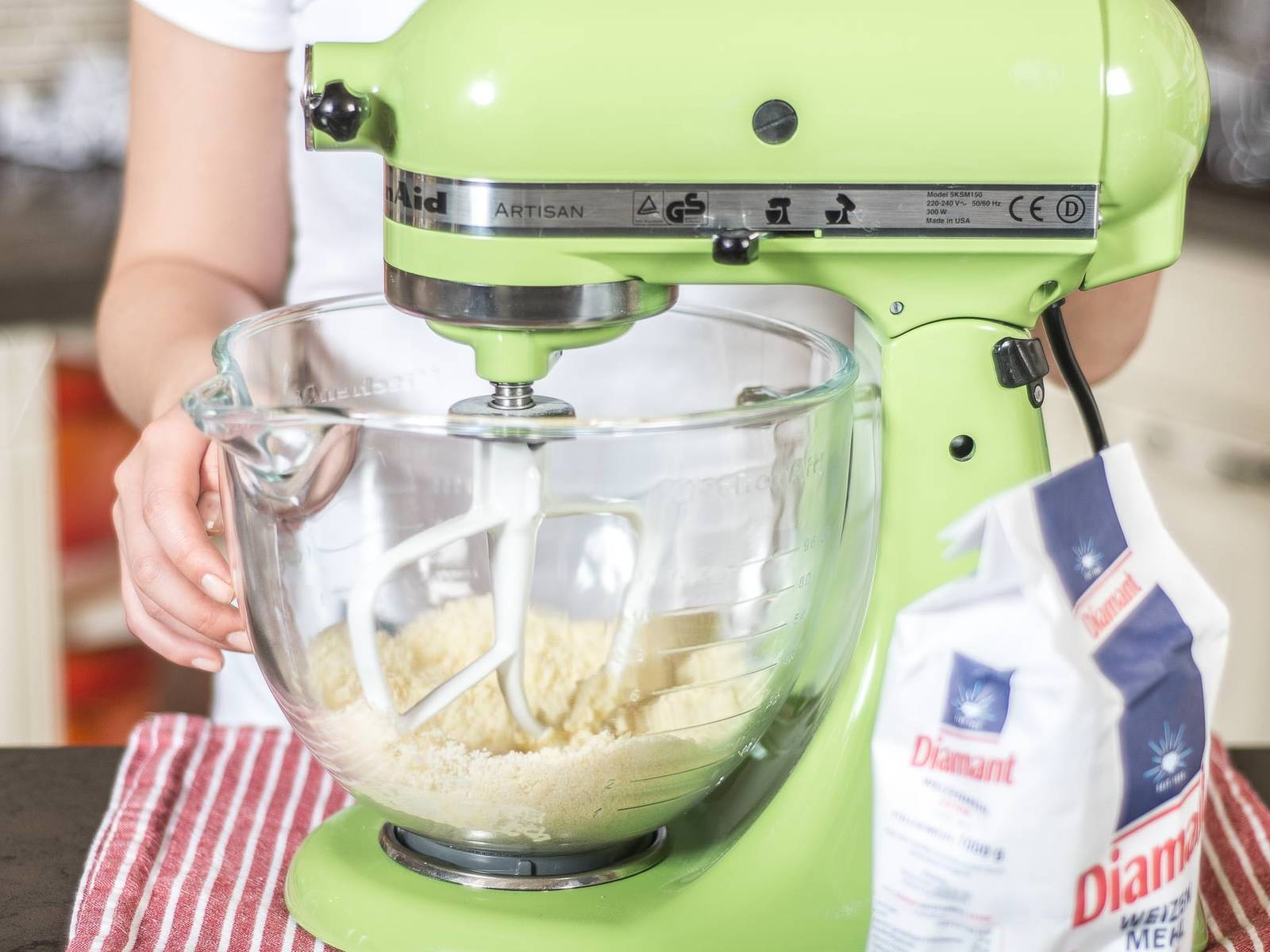 Backofen auf 160°C vorheizen. Für die Streusel kalte, gewürfelte Butter mit Mehl und einem Teil Zucker mit den Händen oder in einer Küchenmaschine zu einem bröseligen Teig verkneten.
