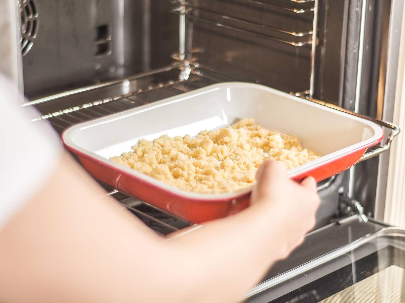 Die Streusel in eine Auflaufform oder auf ein mit Backpapier ausgelegtes Backblech verteilen und im vorgeheizten Ofen bei 160°C ca. 8 – 10 Min. goldgelb und knusprig backen.