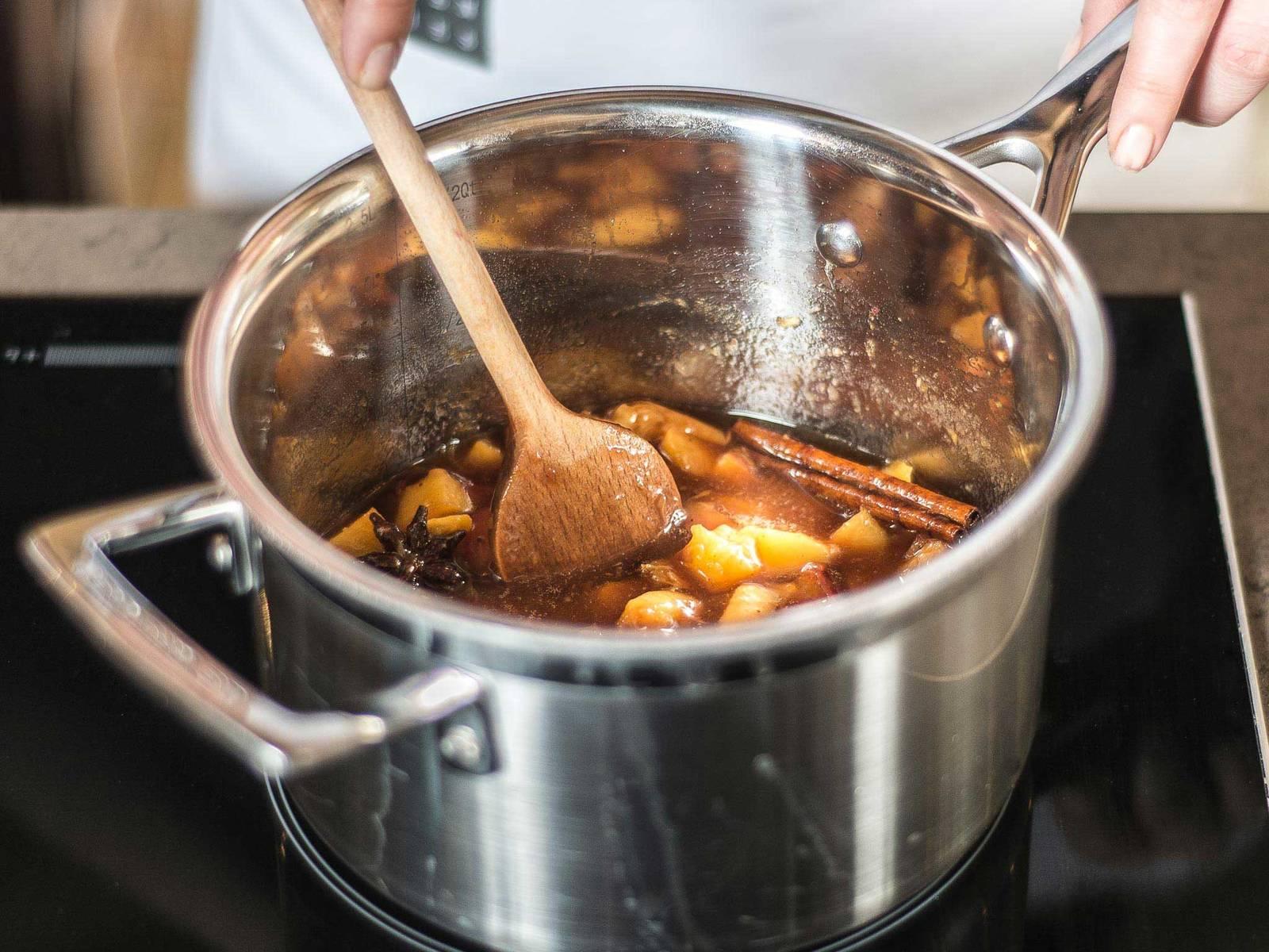 Anschließend alles für ca. 5 Min. auf niedriger Hitze einkochen lassen. Zum Servieren das Kompott in Servierschalen füllen und obenauf die leicht abgekühlten Streusel verteilen. Wahlweise mit Schlagsahne servieren.