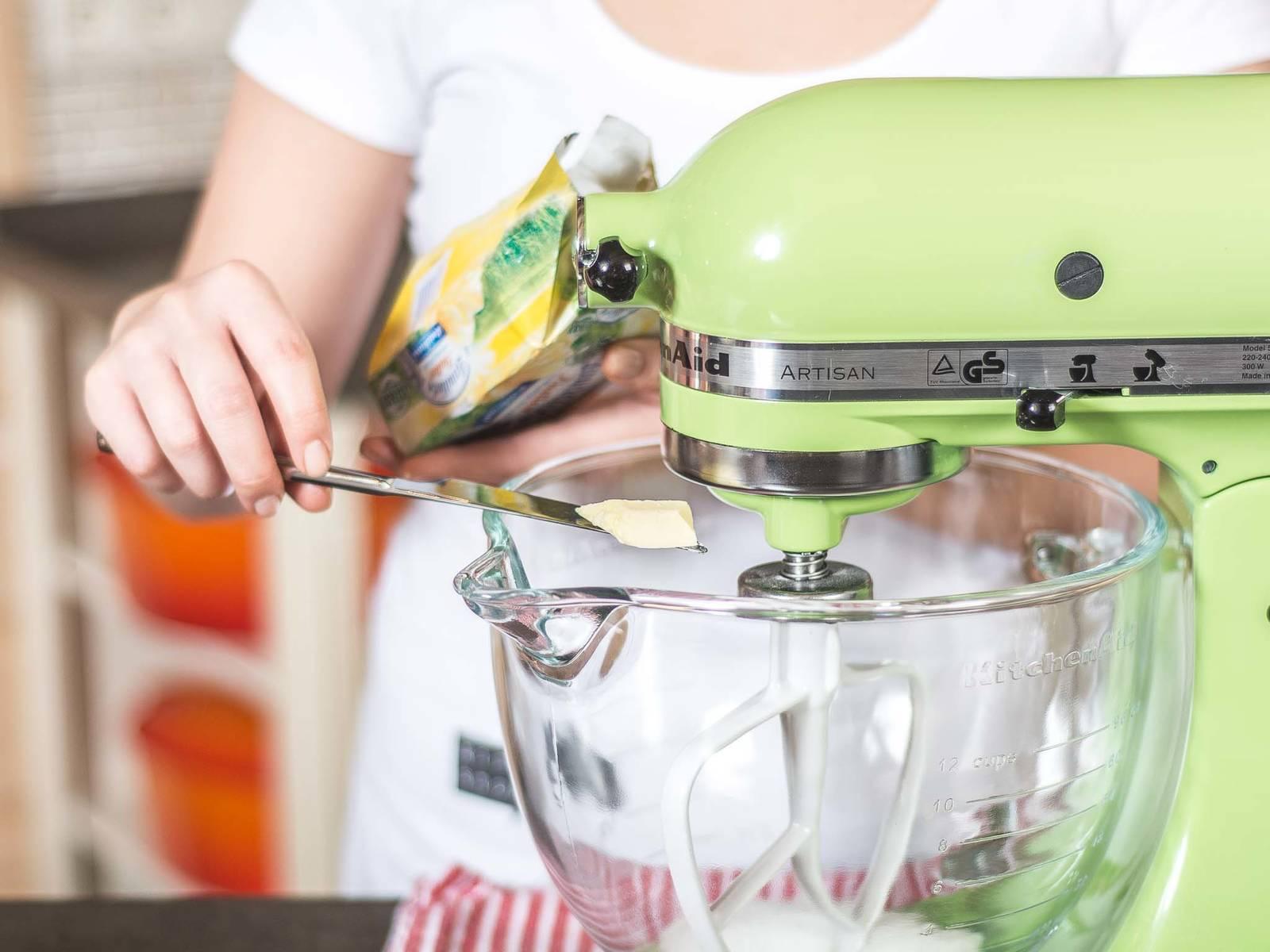 Backofen auf 180°C vorheizen. Für den Boden einen Teil der kalten gewürfelten Butter, Zucker, Milch und eine Prise Salz vermengen. Anschließend Mehl hinzugeben und zu einem glatten Teig verarbeiten.
