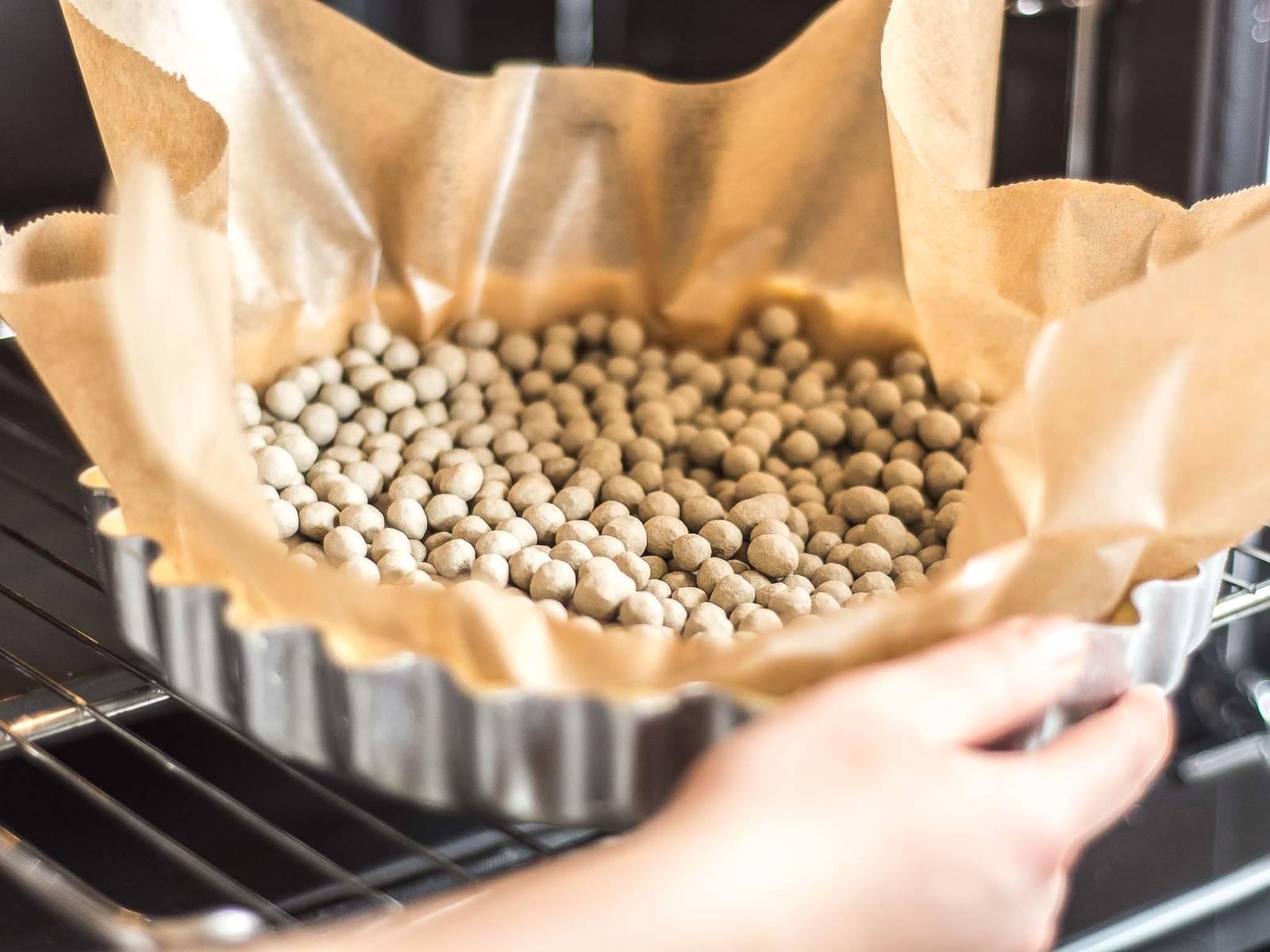 Anschließend im vorgeheizten Ofen bei 180°C ca. 12 – 15 Min. blind backen, bis der Boden goldgelb ist.