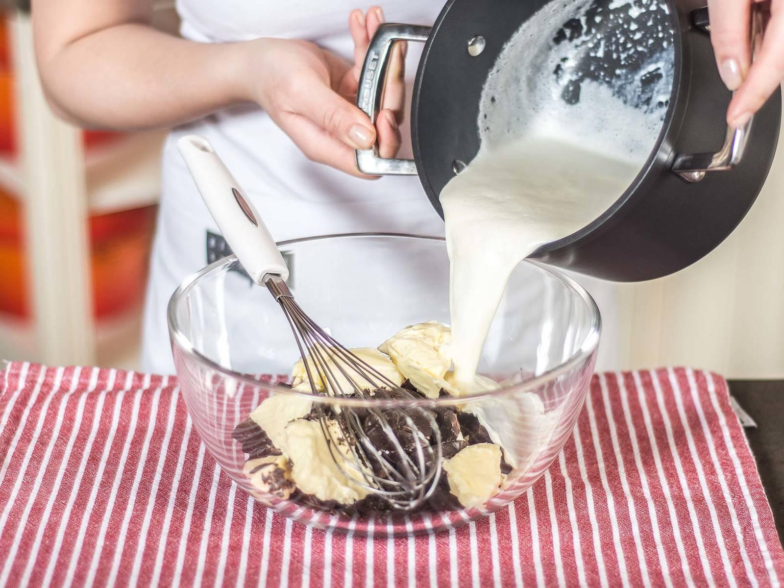 Einen Teil der Sahne aufkochen und zur gehackten Kuvertüre sowie Butter geben. 1 – 2 Min. ziehen lassen. Die Masse anschließend mit einem Schneebesen glatt rühren.