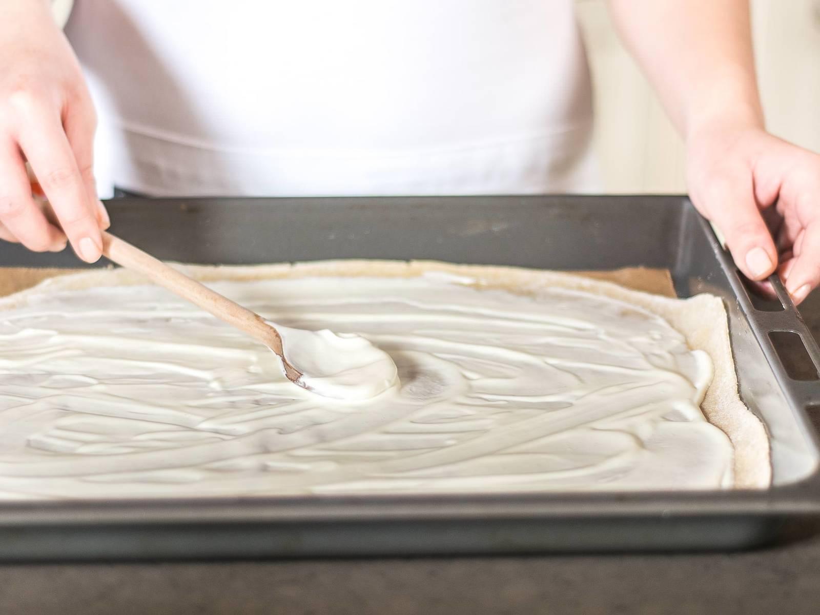 Crème fraîche gleichmäßig auf die Fladen streichen. Mit Salz und Pfeffer würzen.