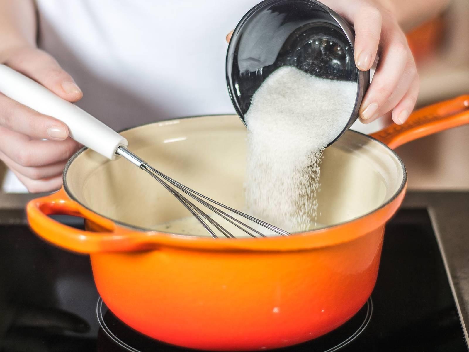 Backofen auf 120°C vorheizen. Sahne mit einem Teil Zucker und dem Mark einer Vanilleschote erwärmen (nicht kochen!), bis sich der Zucker vollständig aufgelöst hat.