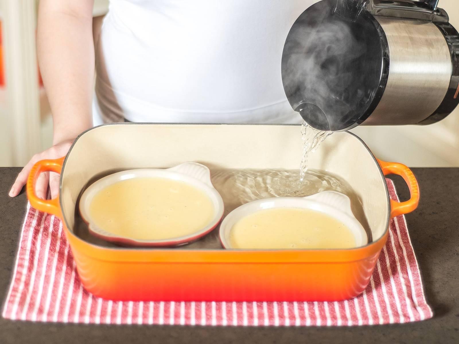 Die Masse auf Brulée-Förmchen verteilen und diese in eine hohe Auflaufform stellen. Aufflaufform mit heißem Wasser aufgießen, sodass ein Wasserbad entsteht, in dem die Masse sanft garen kann.