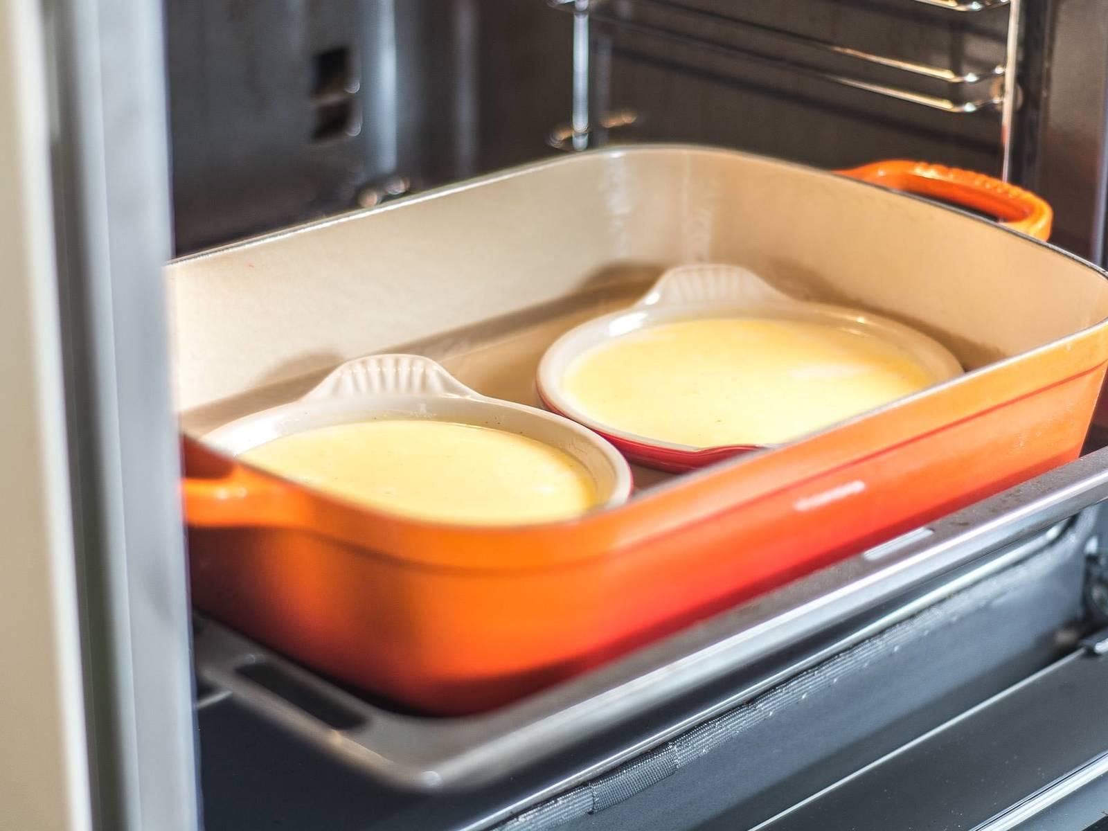 Nun im vorgeheizten Ofen bei 120°C ca. 60 Min. backen. Anschließend die Formen aus dem Wasserbad nehmen und ca. 30 Min. auskühlen lassen. Dann mind. 4 h oder über Nacht kalt stellen.