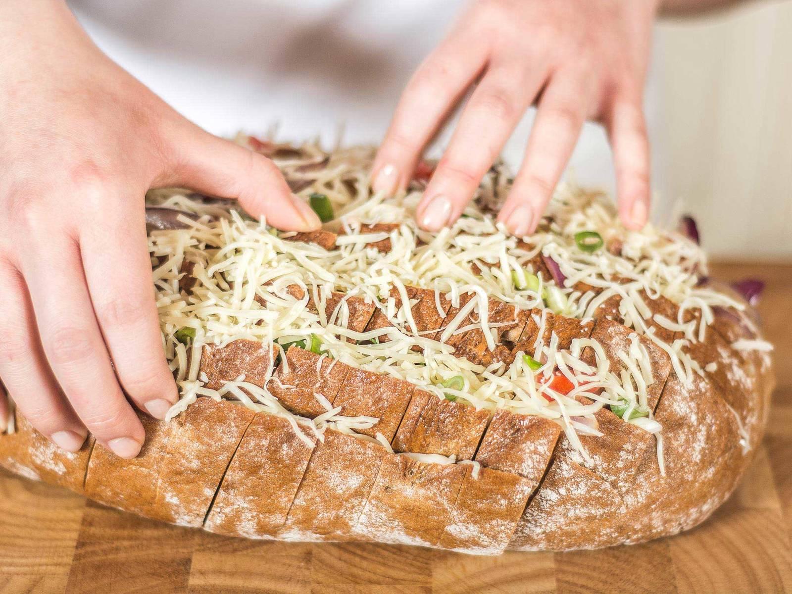 将煸炒过的培根、洋葱、番茄、小葱和乳酪填入面包。尽量塞入缝隙深处。