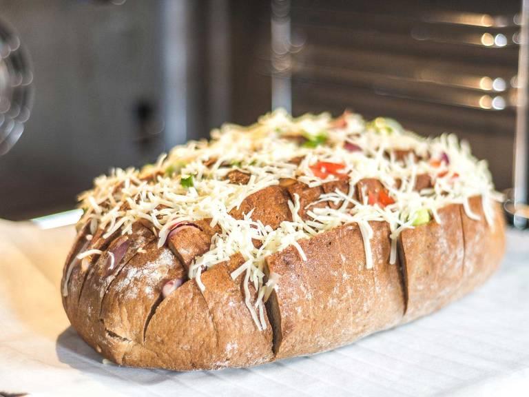 Das Brot auf ein mit Backpapier ausgelegtes Backblech legen und im vorgeheizten Ofen bei 160°C für ca. 15 Min. golden backen. Nach Belieben mit Dips servieren.
