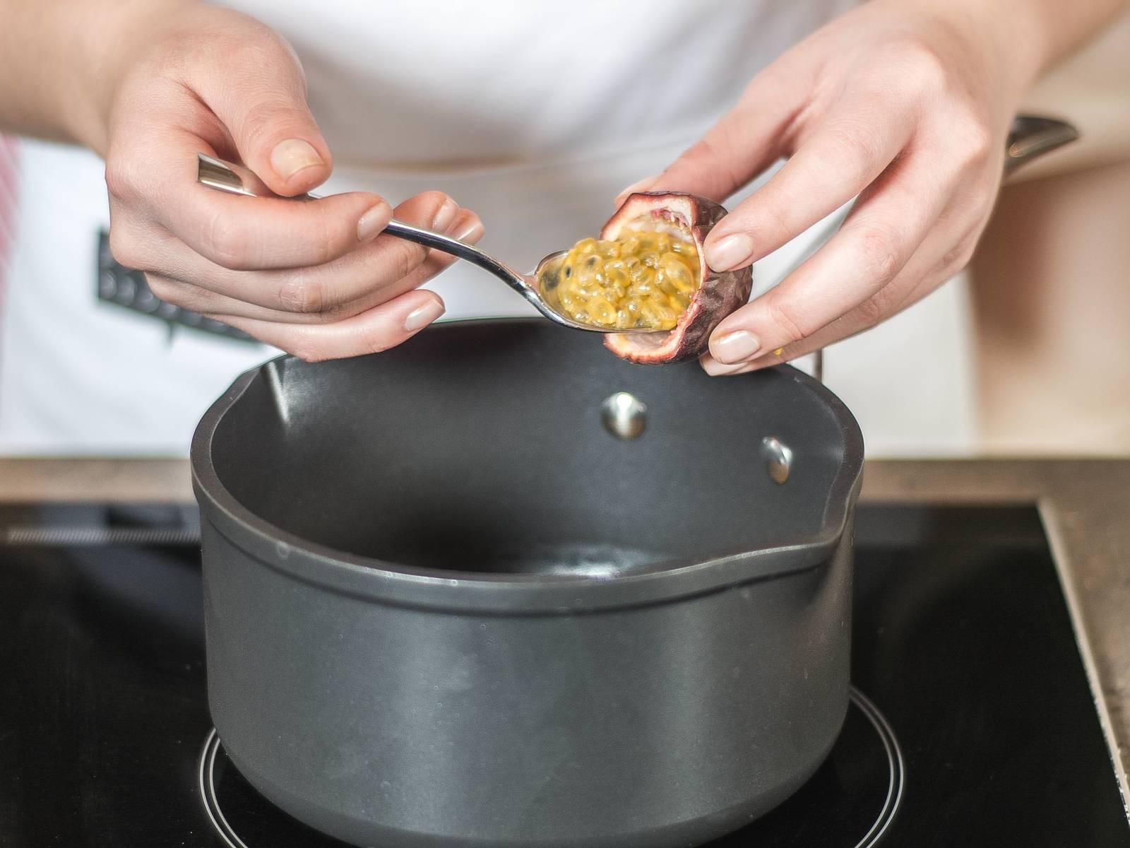 西番莲沙司的制做(享用前做):切开西番莲,用勺子取出果肉,放入小锅中。