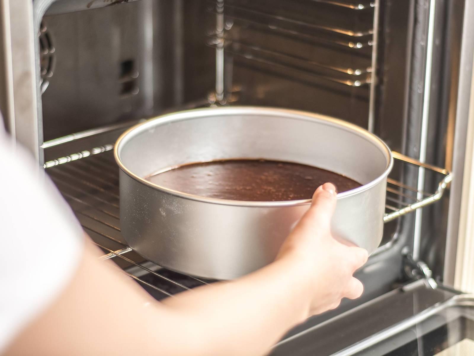 放入已预热至180摄氏度的烤箱内,烘烤约30分钟。等待10分钟后再从烤模中取出。可饰以糖粉并佐以生奶油享用。