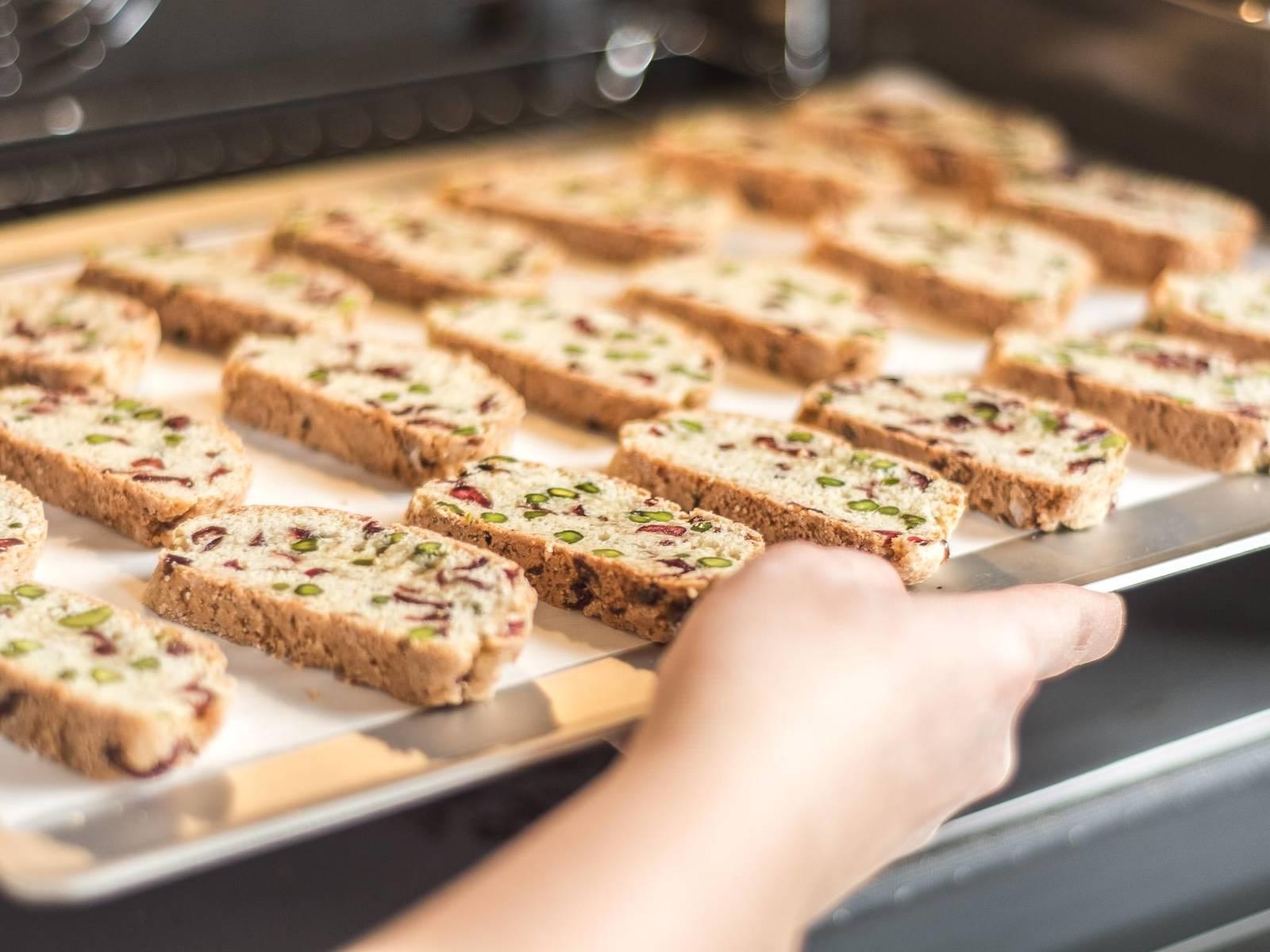 Die Biscotti für ca. weitere 8 Min. auf einem ausgelegten Backblech im vorgeheizten Ofen bei 200°C kross backen. Vor dem Verzehr für ca. mindestens 15 Min. auskühlen lassen. Mit der selbst gemachten Marmelade reichen.