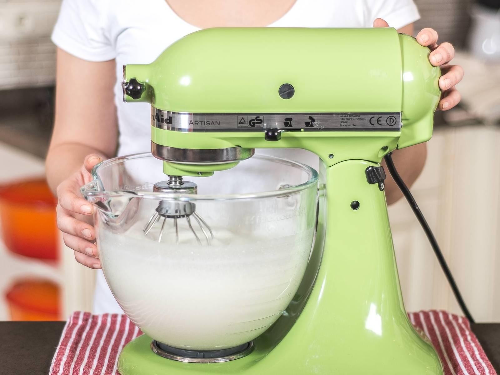 烤箱预热至160摄氏度。将蛋清与柠檬汁及一小撮盐一起打发。注意碗和搅拌器不可粘油,才能达到所需要的稠度。