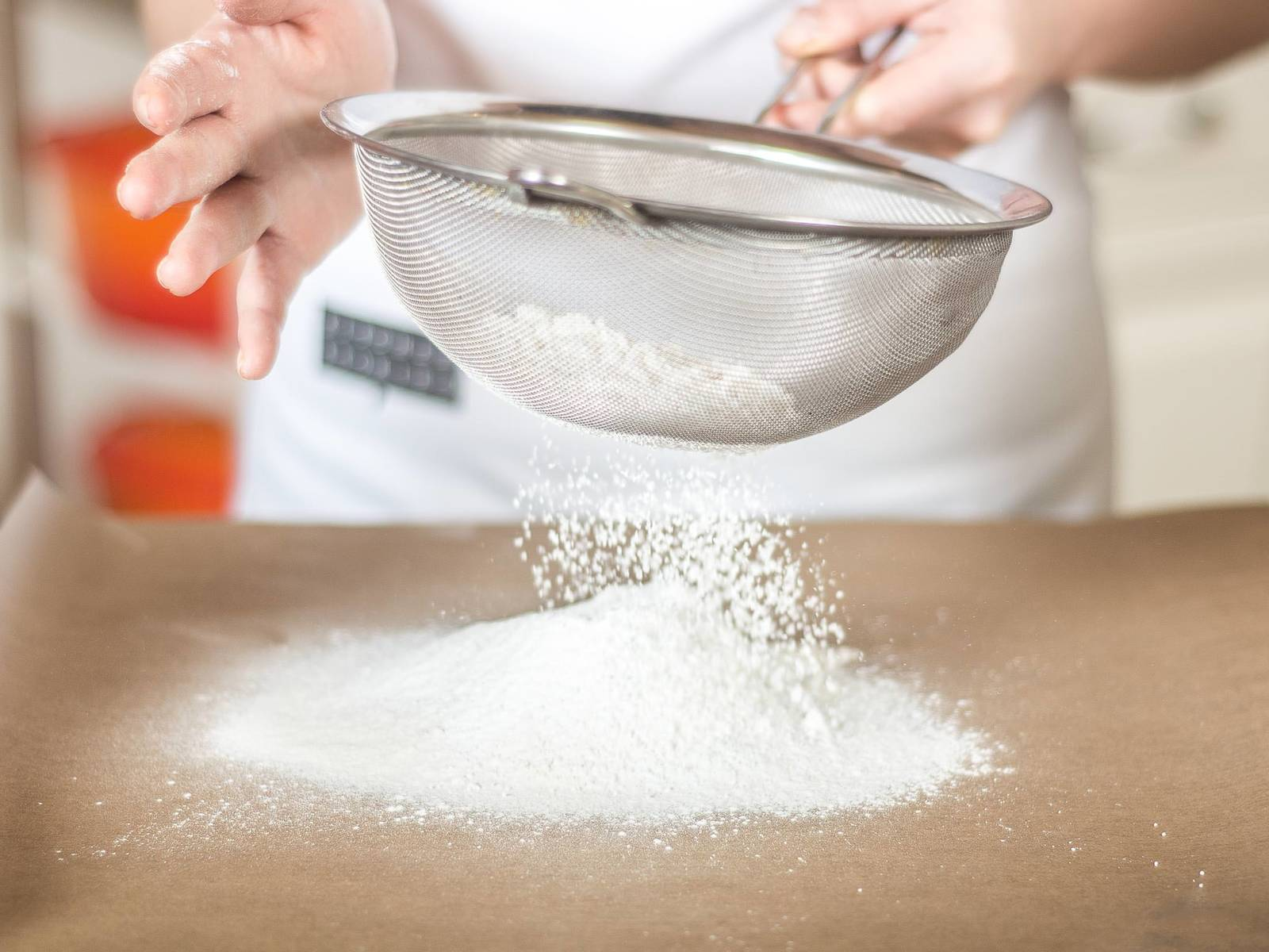 将面粉、玉米淀粉和泡打粉过筛。