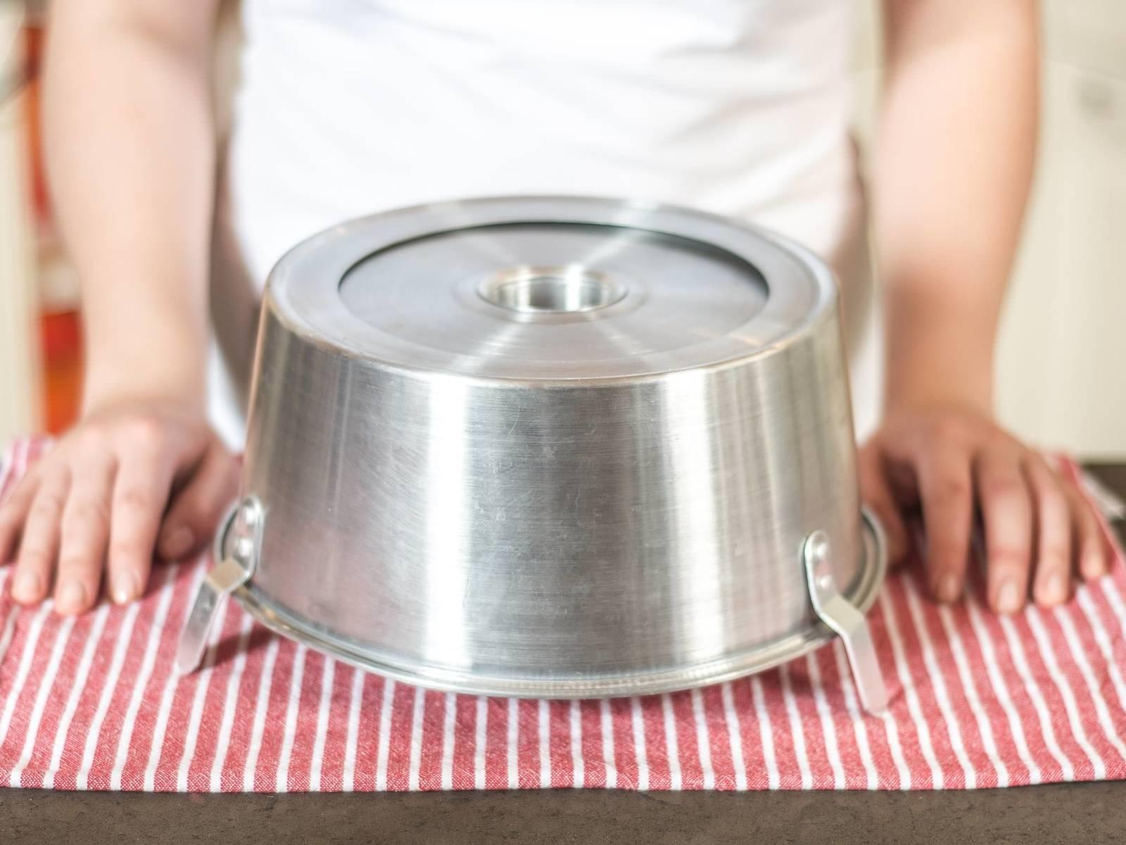 翻转烤模,或者利用中间的空洞,将烤模扣在盘子上,冷却1小时。