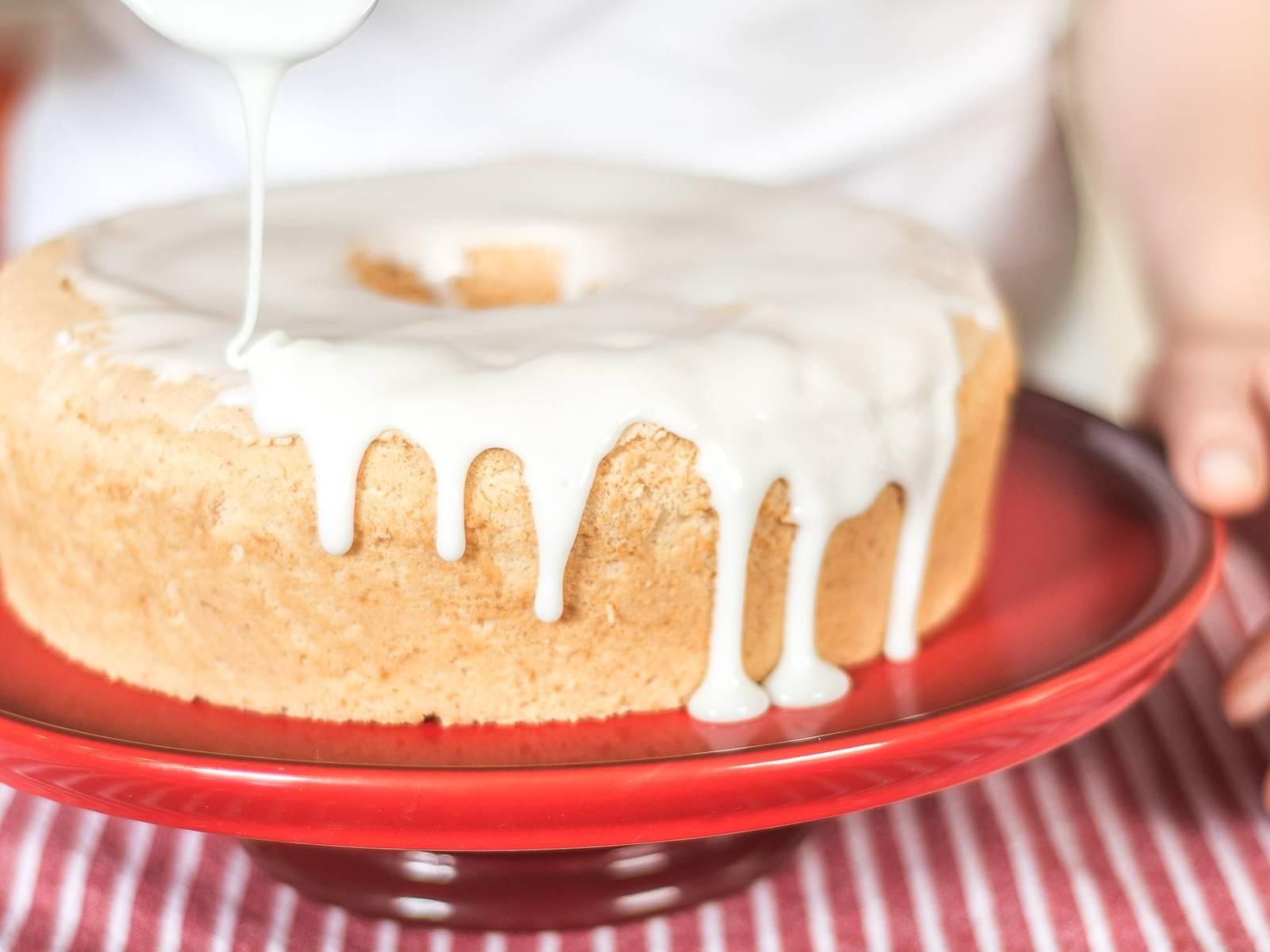 取出蛋糕,淋上糖衣。待糖衣凝固后(约15 分钟),配以新鲜草莓,并用新鲜薄荷叶点缀,即可上桌。