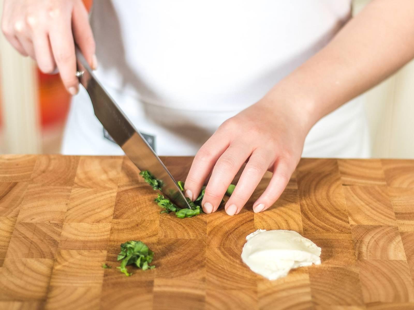 将烤箱预热至180摄氏度。马苏里拉奶酪切薄片,罗勒切细丝。